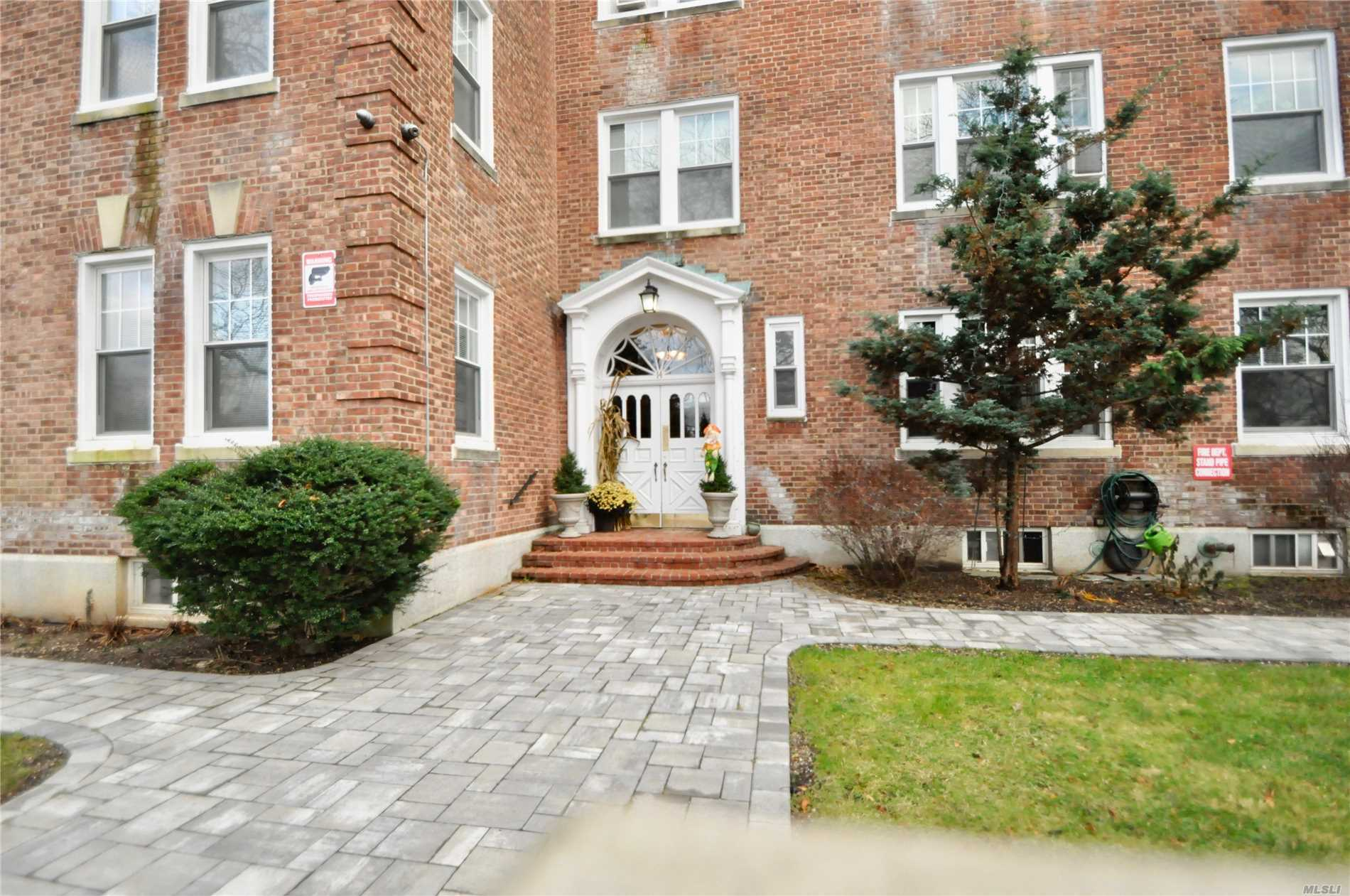 Spacious 1 Bedroom, 1 Bathroom Cooperative Apartment, Features Hardwood Floors Throughout. This 3rd Floor Apartment Comes With Abundance Of Sunshine. Entrance Foyer With Closet, 9Ft. Ceilings.Close To Shopping Malls, Restaurants & Transportation.