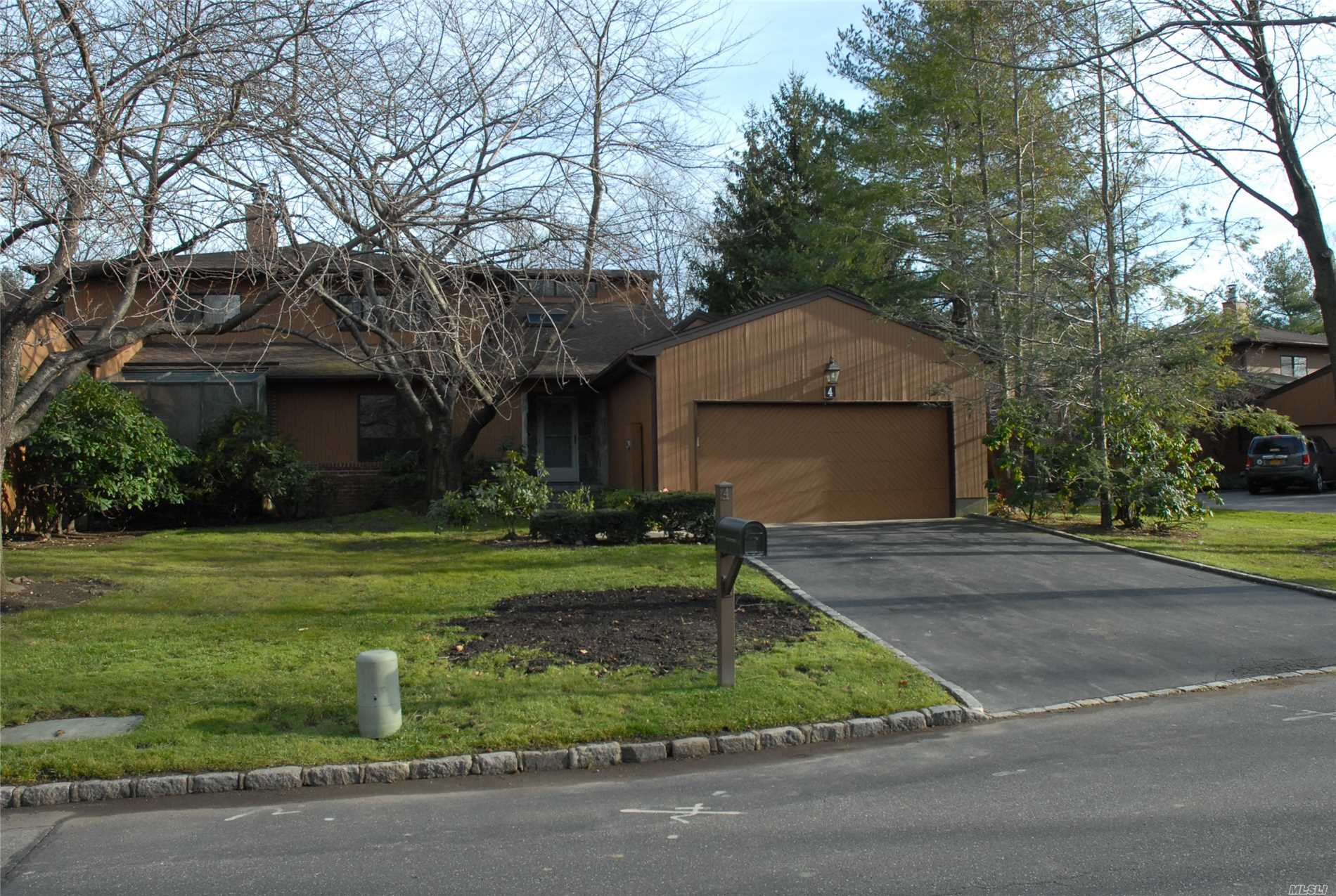 Newly Redone Balmoral Model Modern Unit. Master Bdr Suite Located At 1st Floor With Guest Suite. Gated Community And Easy Access To Highways And Lirr.