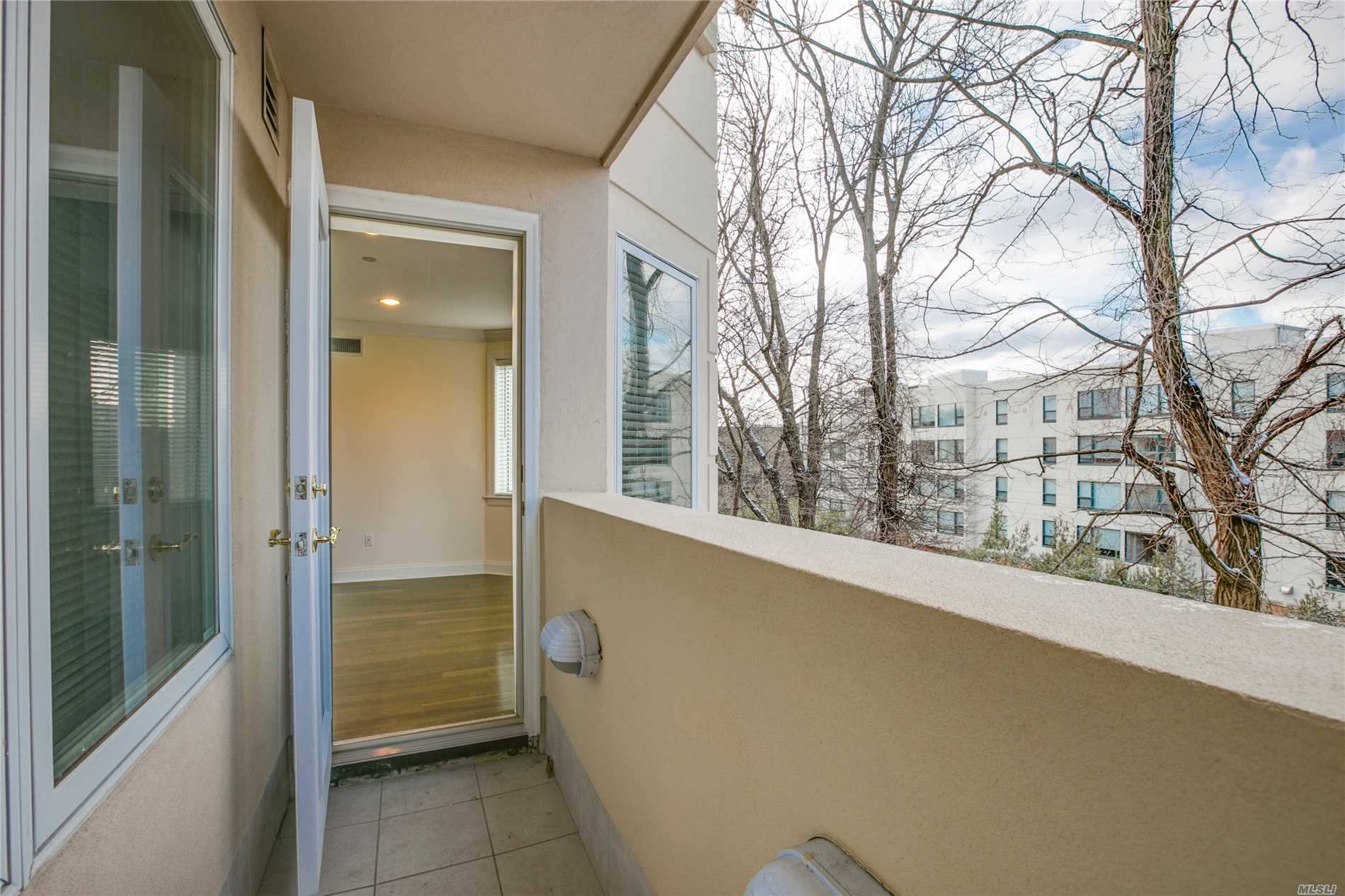 Great Neck. Front Facing Apartment Features 2 Bedrooms With 2.5 Baths With Southern Exposures And Terrace, Hardwood Floors Thru-Out, Combo Kitchen, In-Unit Washer/Dryer & Individual Thermostat. The Building Offers 24 Hour Doorman, Fitness Center And Community Room, And Dedicated Garage Parking!