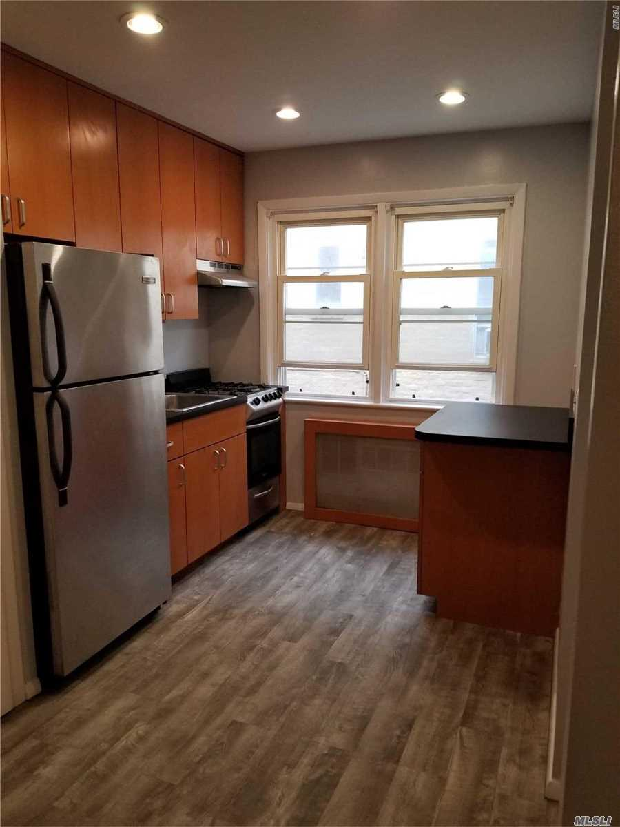 Beautiful Studio Apartment With Hardwood Floors, Pet Friendly Very Close To The Beach, Laundry And Storage Unit In The Basement.