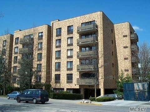 Completely Renovated, Very Spacious And Bright One Bedroom 1.5 Bath Condo With Brand New Eik With Stainless Steel Appliances, Extra Large Bedroom And Master Bath With Jacuzzi And Stall Shower, Many Closets, Ldry, Balcony, Wood Floors, Hi-Hats, 24 Hr. Security. Walk To Town, Parks And Lirr