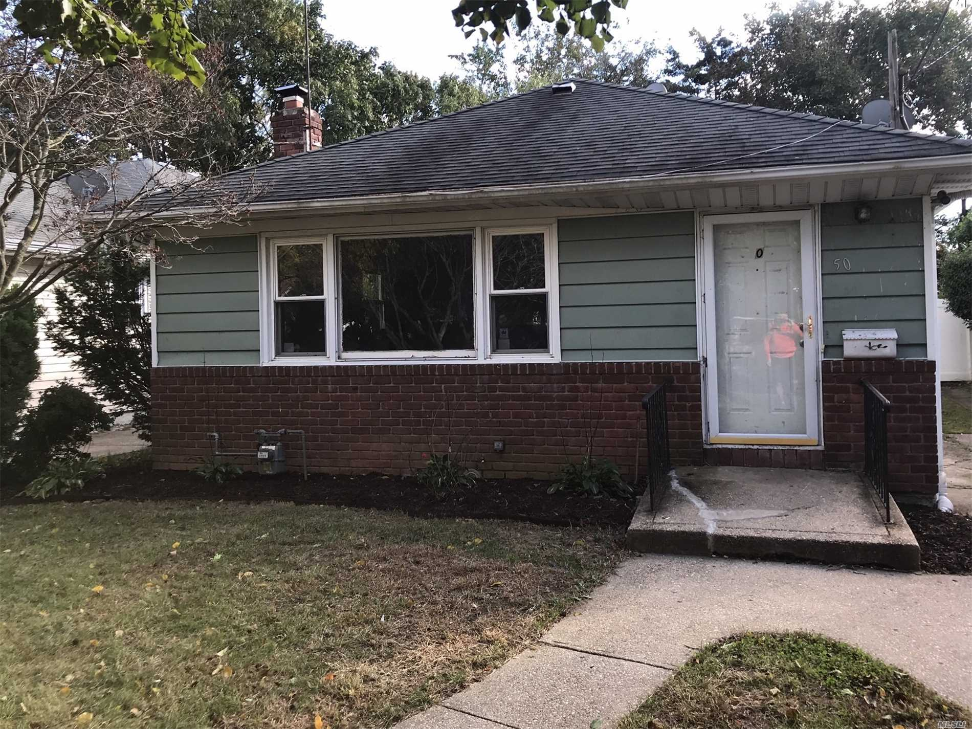 Spacious Split Ranch Style, Features Spacious Living Room, Dining Room W/Hardwood Floors,  Kitchen, 3 Bedrooms, 1.5 Bathrooms, Family Room With Ose. Close To Area Shopping, Transportation, Parkways. Great Opportunity.