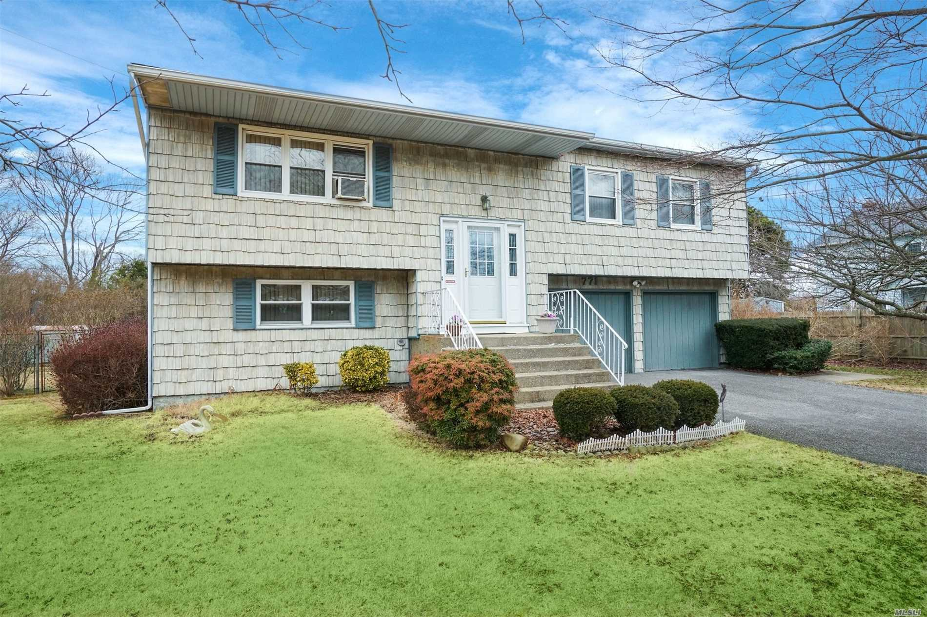 Looking For A Great Yard? Private & Fenced With Mature Landscaping. Light & Bright Home, King Size Mbr With Dual Entry Bath, Hw Flrs Under Rugs, Yng Roof (2011), Cast Iron Boiler/Gas In Street, Vinyl Windows. Lndry Room/Pantry,  Room For Extended Family, Poss M/D W/Proper Permits. Connetquot Sd.. Located Near Shopping, Parks, Library And Easy Access To Hwys. Enjoy Hiking, Biking Or Horseback Riding At Nearby Connetquot St Park Awaits Your Personal Touch!
