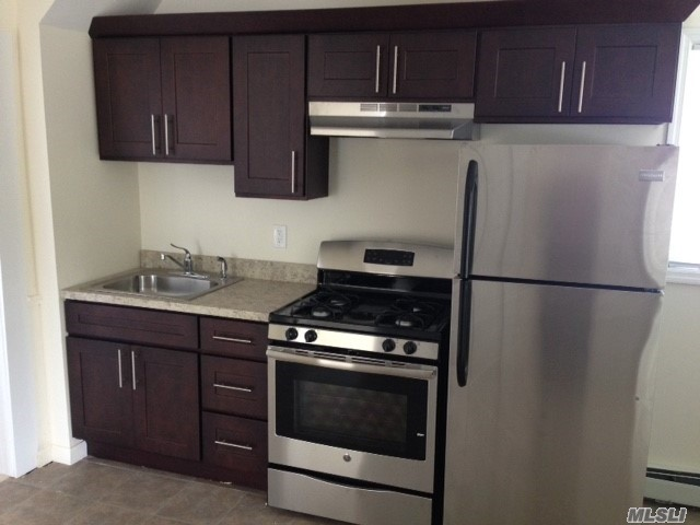 Junior One Bedroom Apartment In A House. Located In Bay Shore. Near Highways, Shopping, Restaurants And More..