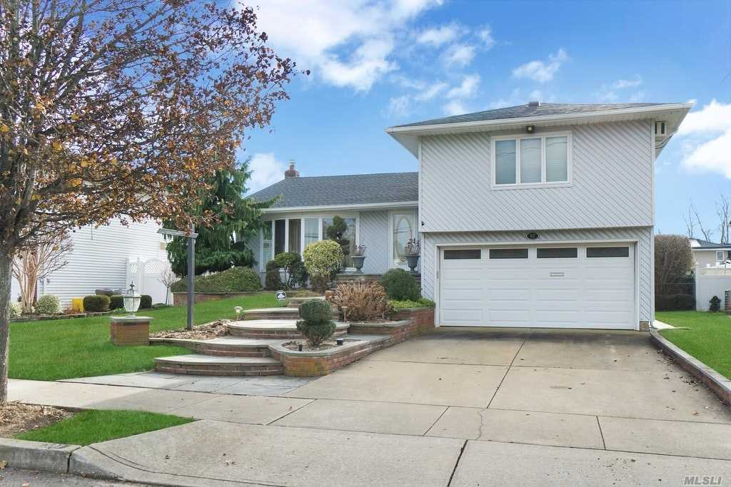 Welcome Home! A Pleasure To Show! Prime Polo Estates Large Cadillac S/L Featuring 3 Brs, 2.5 Bths, Fin Bsmt, 2 Car Garage. Spacious Sunken Lr, Raised Fdr, Large Updated Eik W/White Cabinetry & Sliders To Deck.King Mbr W/Fbth&Wlk-In.Family Rm W/Built-In Wall Unit/Tv Included.Oak Flrs, Oak & Wrought Iron Ch Railing, 2 Yr New 1 Layer Roof, 10 Yr Old Ghw Heat, Anderson Windows, Custom Front Entry Steps, Camera Security, Massapequa #23, Award Winning Birch Lane Elem!