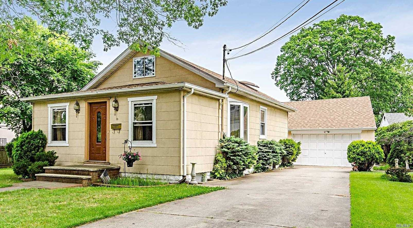Great Two Bedroom Ranch In Sd# 20! Spacious Rooms With High Ceilings, Beautiful Hard Wood Floors, Lr, Fdr, Eik, Full Basement And Great Finished Walk Up Attic With Skylights! Two Car Detached Garage With Loft And Extra Long Driveway! Lovely Private Yard With Patio! Close To Lirr, Schools And Shopping!