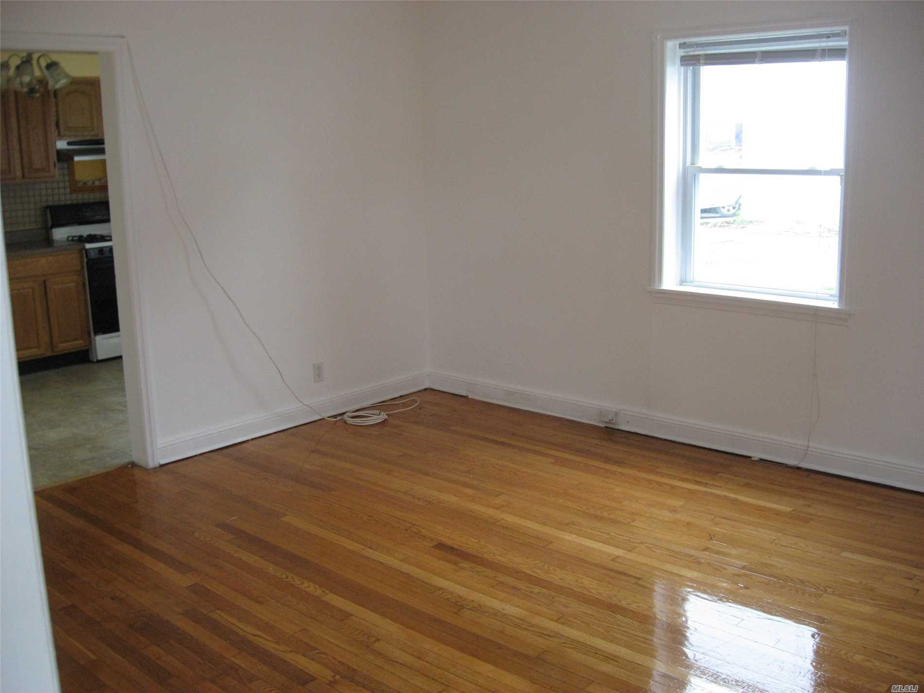 Refinished Hardwood Floors- Freshly Painted With Small Yard - Near All Transportation , Stores And Hoftra University