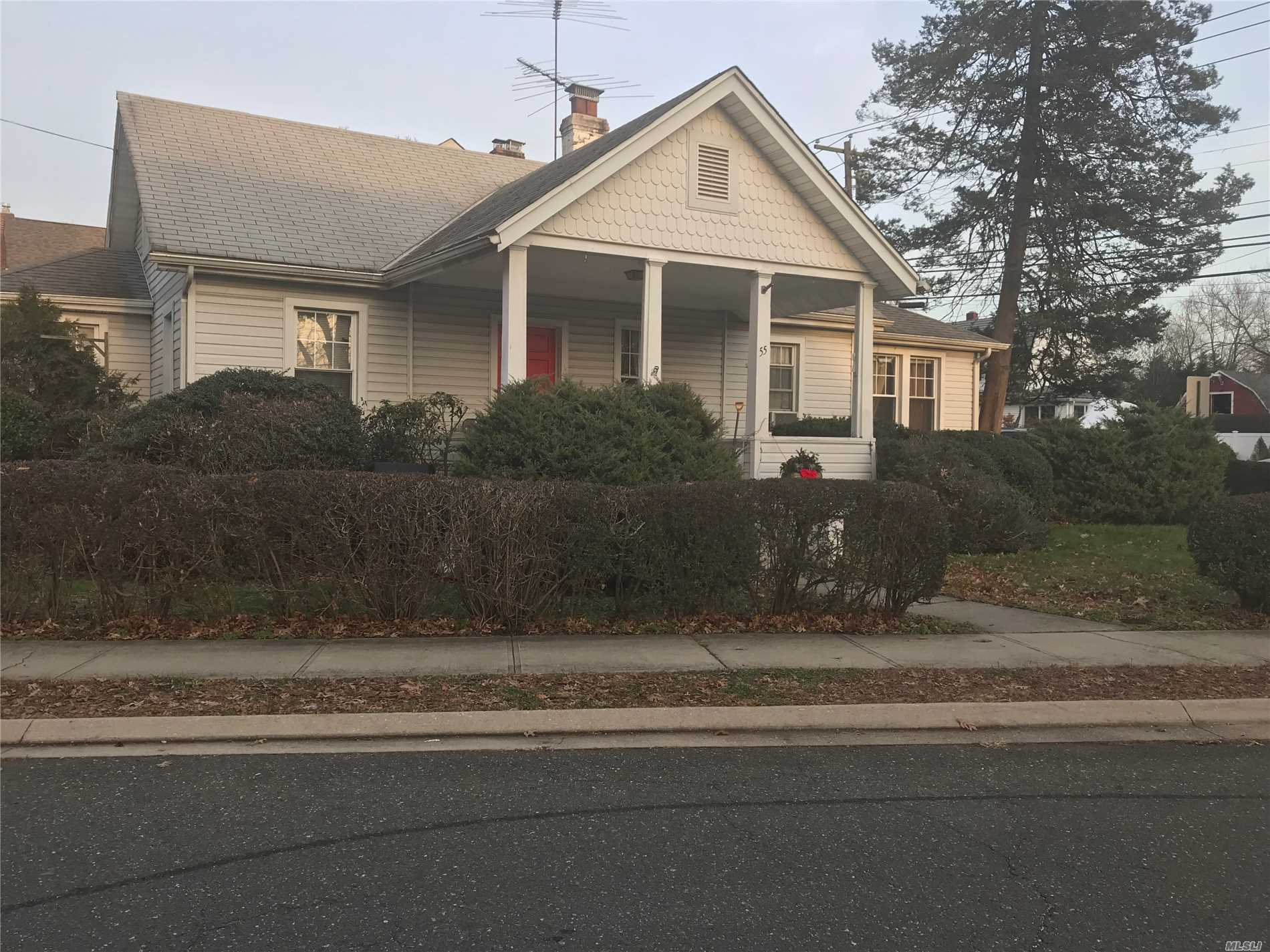 2 Bedrooms 2 Bath Close To Train Station, Shopping, Bethpage State Park&Golf Course, And Main Highways,