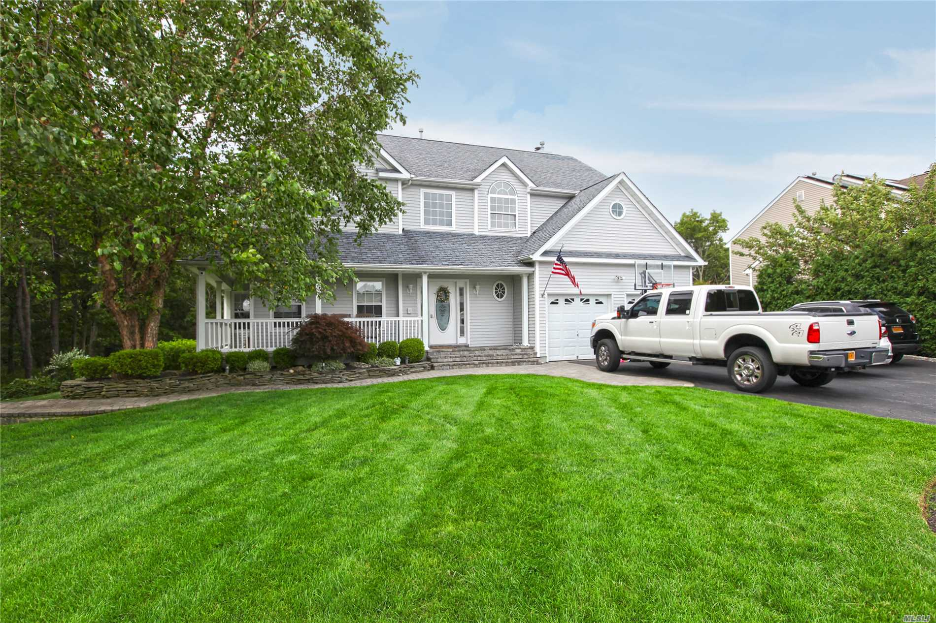 Fabulous Location!! This Home Has A Master Suite, 3 Bdrms, Full Bath, Lr, Formal Dining Rm, Eik, Den, Office. The 2 Car Attached Garage Has Hot & Cold Water. Backyard Boosts Privacy Galore, And Includes A Gas Barbecue.