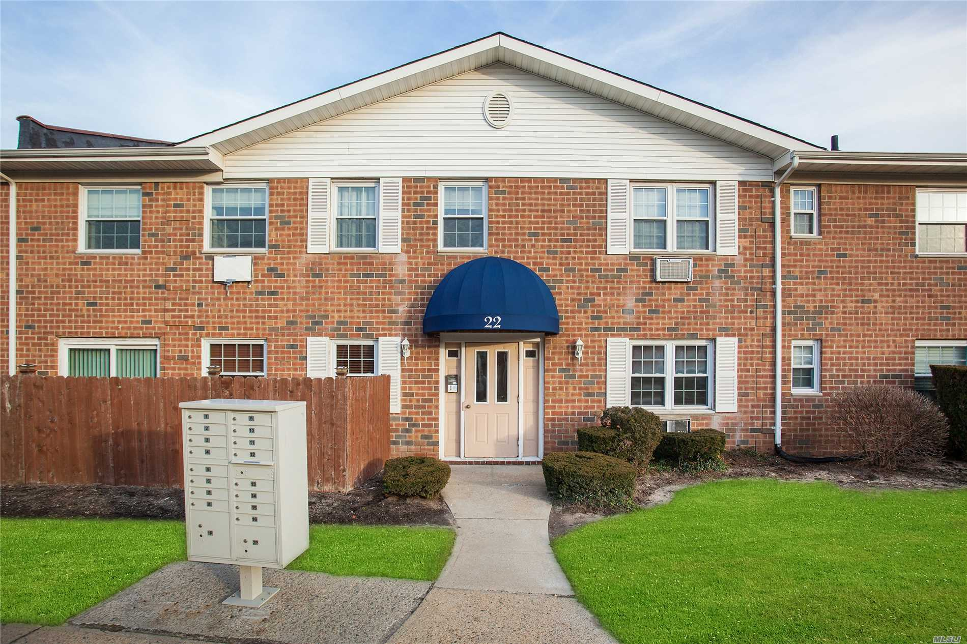 Beautifully Maintained Unit Features Updated Kitchen, Updated Bath, Light And Bright, Spacious Rooms. Executive Unit. Close To All Shopping, College, Hospital, Etc.