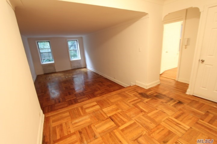 Lareg Junior 4 /2 Br, Pre Features Features, Separate Brand New Kitchen Windowed With Stainless Steel Applainces, Large White Tile Bathroom Windowed, Great Closet Space, Speartae Dining Area. Heat & Hot Water Are Included. Dogs Allowed (Fee Apply).