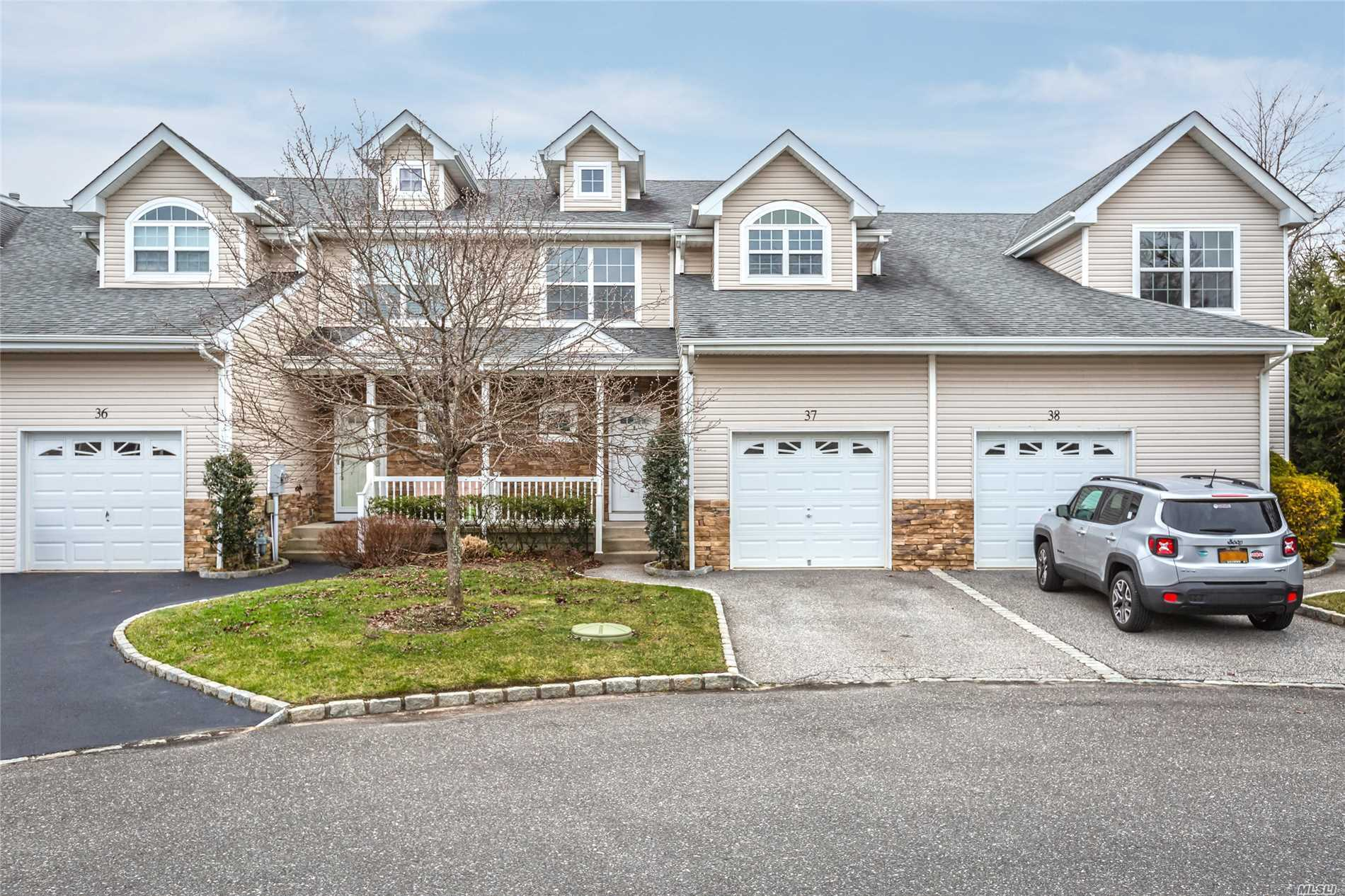 Beautiful 3 Bed, 2.5 Bath Townhome Featuring Open Floor Plan, Eik W/Granite, Stainless, Center Island & Gas Cooking, Lr, Dr, Hw Floors Up & Down, Gas Fireplace, Master Suite W/Wic & Master Bath, Plenty Of Storage, Full Basement, Garage, Gas Heat & Hw, Come See For Yourself...