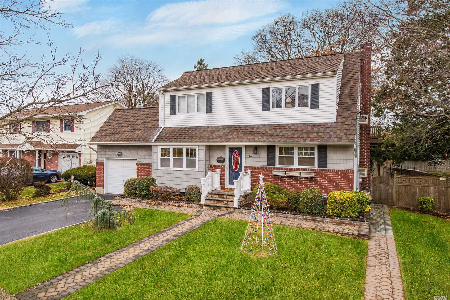 Its All About Convenience! Fully Updated 2 Bedroom Cozy Home Within Walking Distance To The Main Street Retailers, Restaurants, And The Lirr. Hurry, Will Not Last Long!