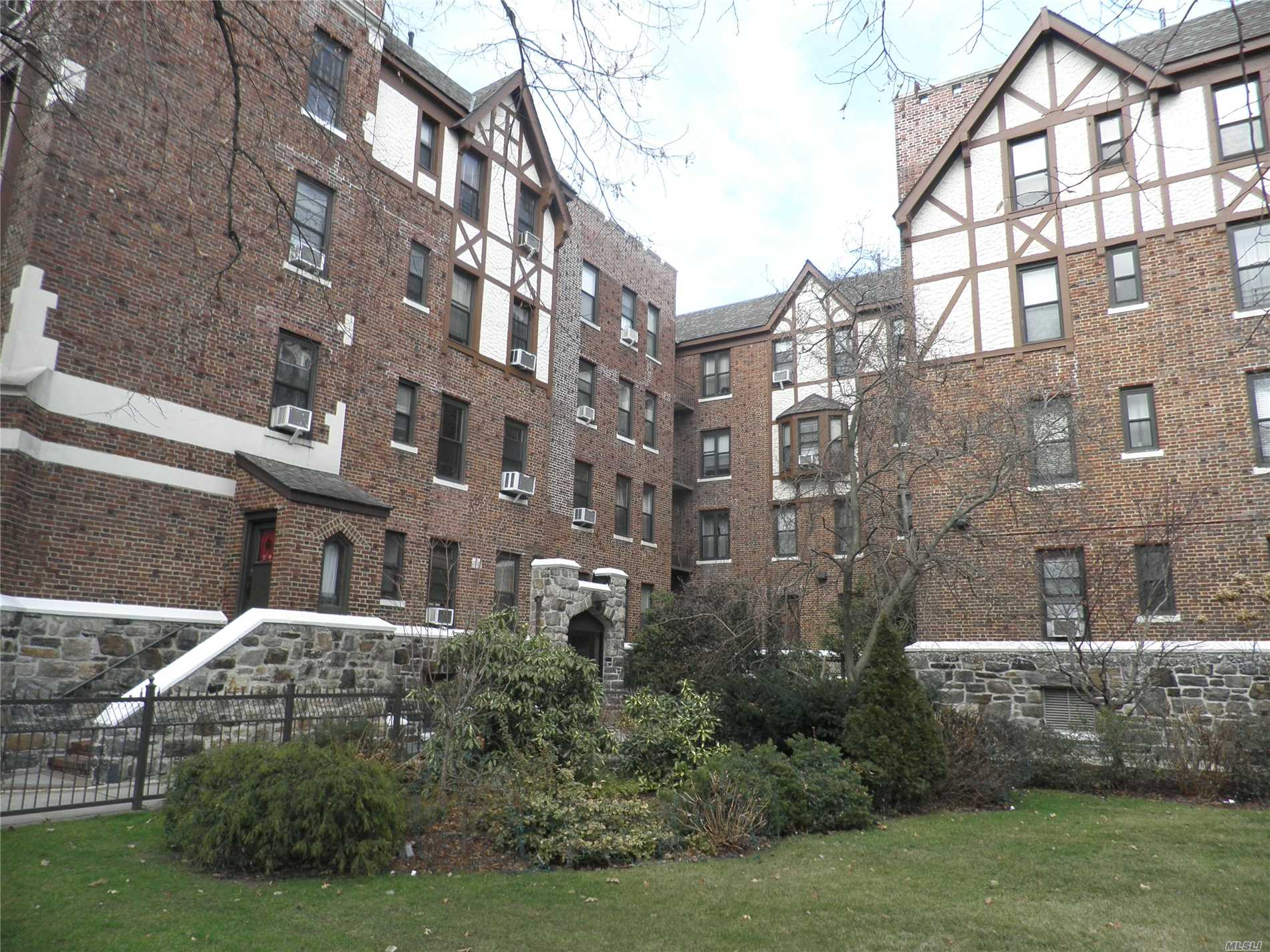 One Flight Up, Very Large Apt. Move In Condt. Cat Friendly. No Flip Tax, Express Qm2 Midtown, Q15 Local.