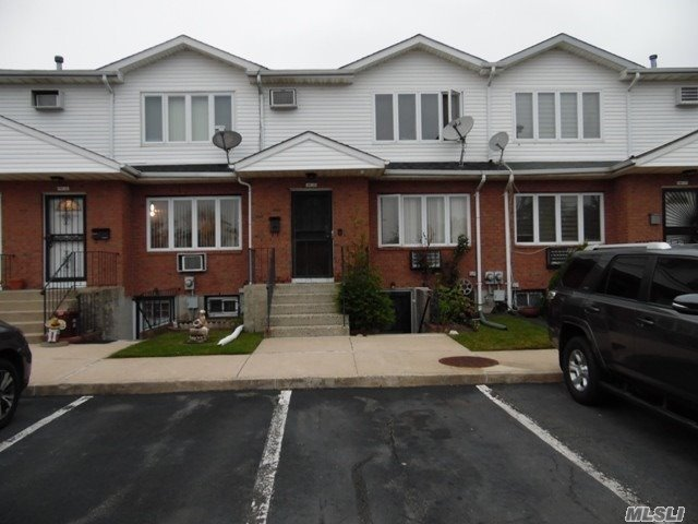 Beautiful Residential Complex Quite Excellent Location, Awesome Floor Plan , Mint Condition Great Comfort Zone. Close The Shopping Center And Major Highways.Move Right In. 1 Block To Bus Q111 , X63.