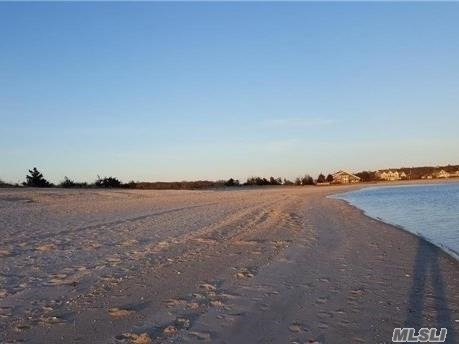 . Beachfront Oasis On Grassy, Sandy Lot Fronting The Peconic Bay. The House Has A Shared Driveway And Storage In Shed. A Park With Beachfront And Swings Is A Short Distance Away.