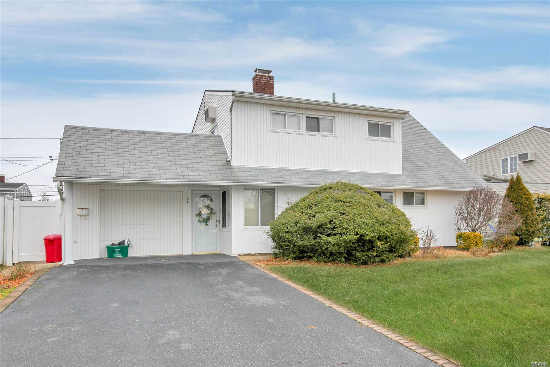 Welcome Home....Expanded Levitt Offers 3Bdrms, 2 Full Updated Bathrooms, Eik With Stainless Steel Appliances And Radiant Heated Floors, Fireplace Can Be Viewed From Living Room And Kitchen, Located In The DSection Of Wantagh And Levittown Schools, Don't Miss This Great Opportunity.