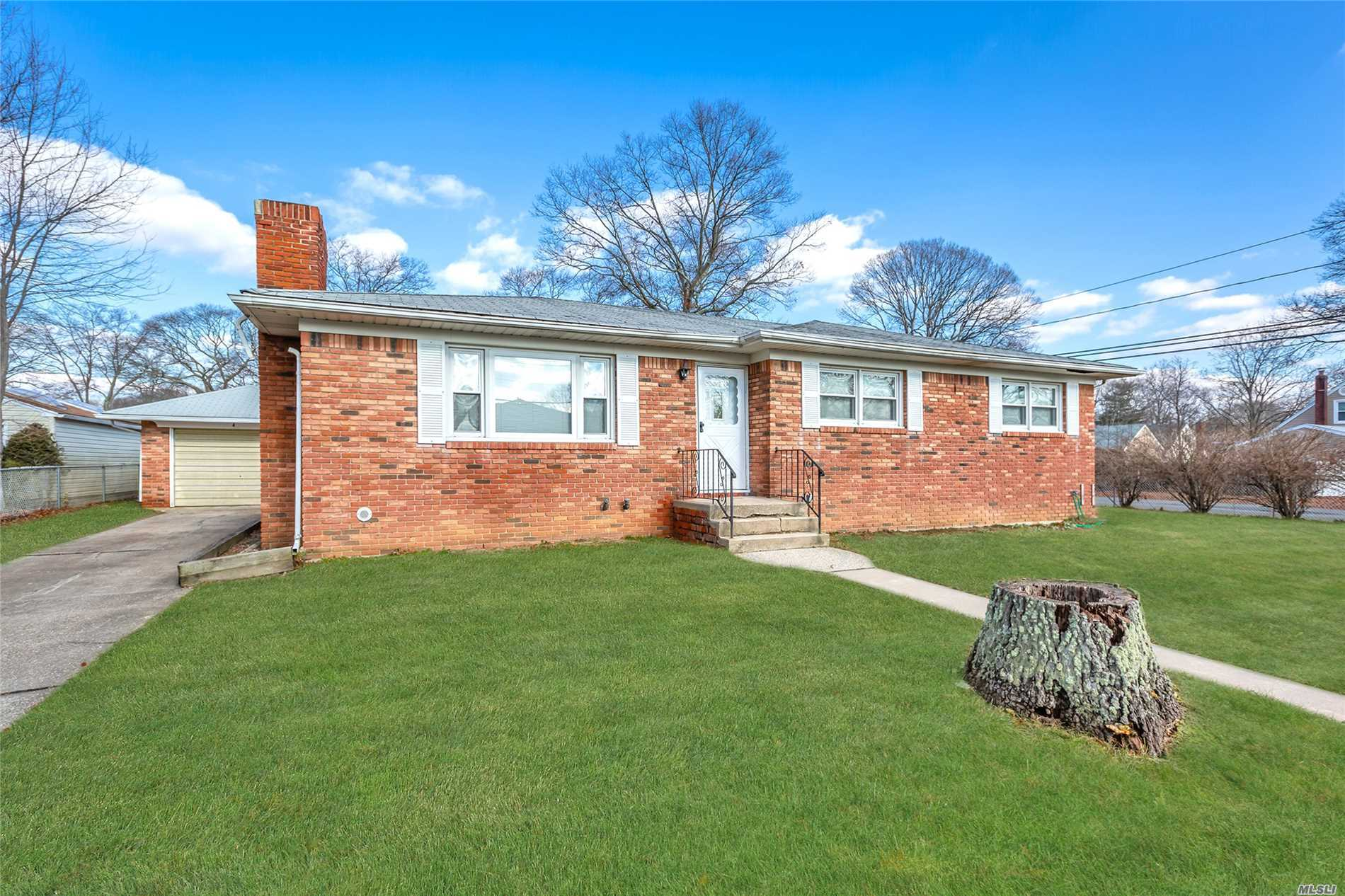 Location Location Location.....Sachem Schools Minutes Away From The Lie, Lirr, Airport And Shopping. This Racnch Offers 3Bdrms, Living Room W/Fireplace, Dining Room, Eik And 2 Full Bathrooms. Cac, Full Basement With Seperate Entrance And Hardwood Floors Throughout. Hurry Wont Last!!!!!!
