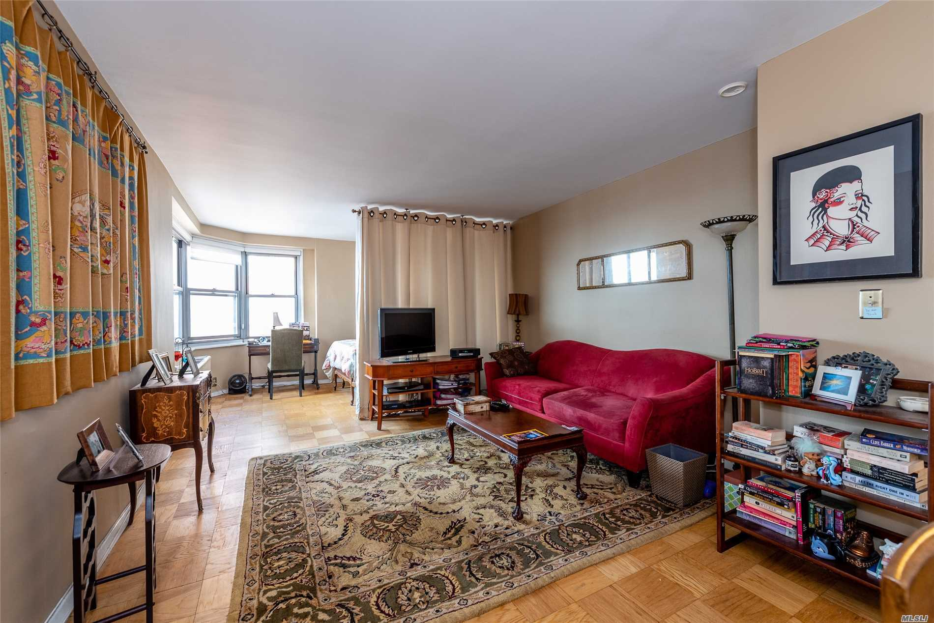 Spectacular Views Of Lower Manhattan And Forest Hills Gardens From This Sun Drenched Studio. Gerard Towers Offers A 24 Hr Doorman, Seasonal Pool, A Fitness Center And Immediate Valet Parking. Just Steps To Express Transportation, L.I.R.R And Around The Corner From Trendy Austin St.