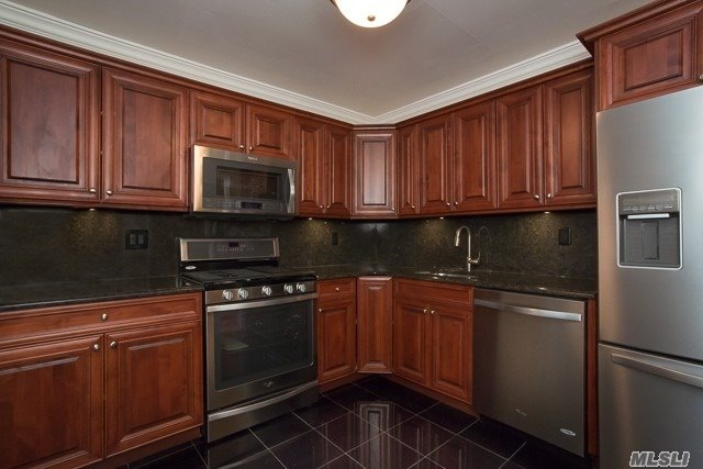 1 & 2 Bedrooms, Some With 1&1/2 & 2 Baths, 2 Bedroom+Den, Simplex & Duplex Styles Available. Windowed Eat-In Kitchens W/Dishwasher & Microwave. Private Entries W/Central Air-Conditioning. Fairfield Greens At Holbrook Features: Clubhouse, Fitness Center, Pool, Playground & Tennis Court