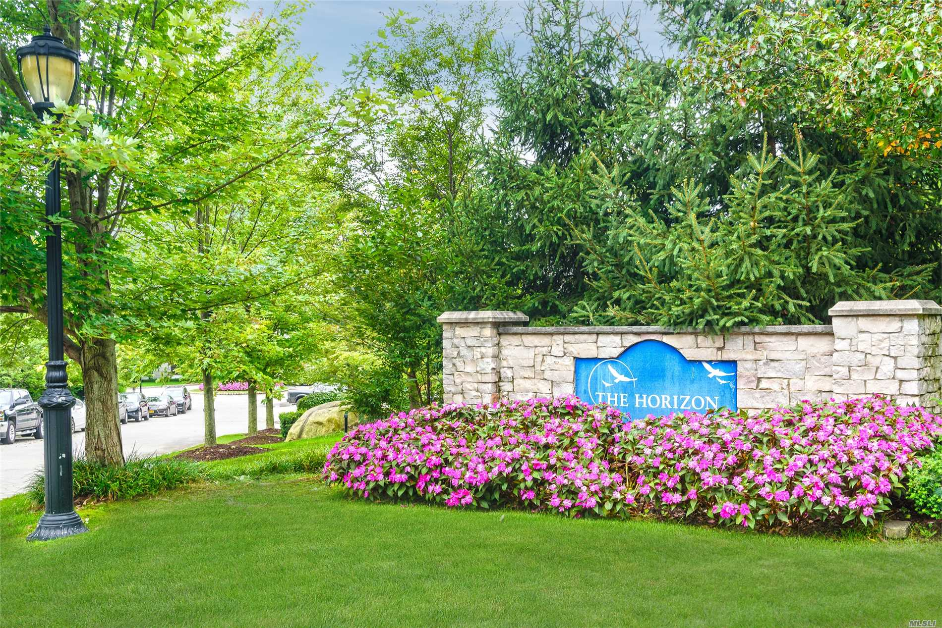 Roslyn. Luxury 55+ Community On Roslyn Harbor.2 Bedroom, 2 Full Bath, Hardwood Floors, Easy To Show. Washer And Dryer, Year Round Temperature Controlled, 24 Hour Doorman, Fitness Facility, Outdoor Pool, Indoor Garage Parking.