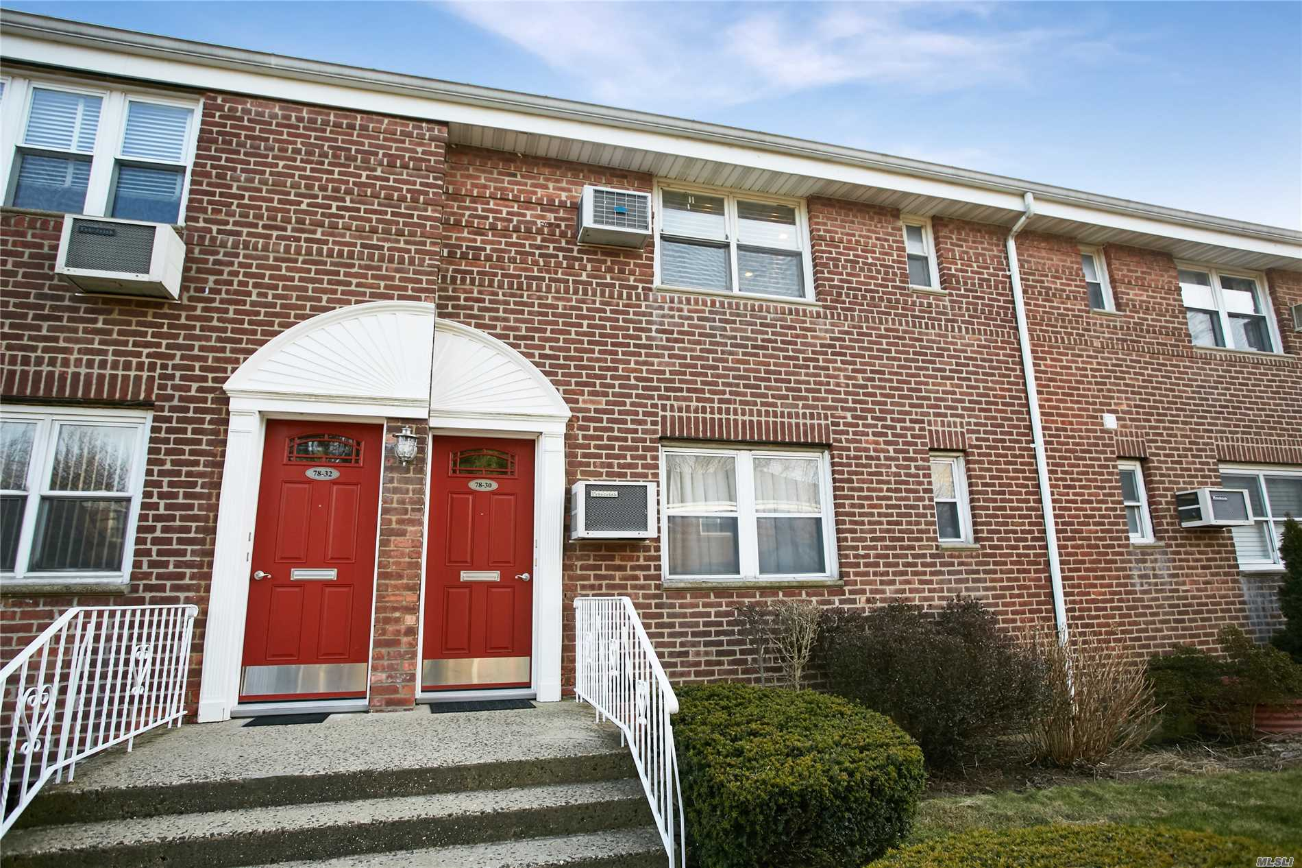 Mint 1Br On 2nd Fl Unit Sits In Nice Courtyard, Pull Down Attic, Hardwood Floor, Washer And Dryer In Unit, Spacious Closets, Pets Ok,