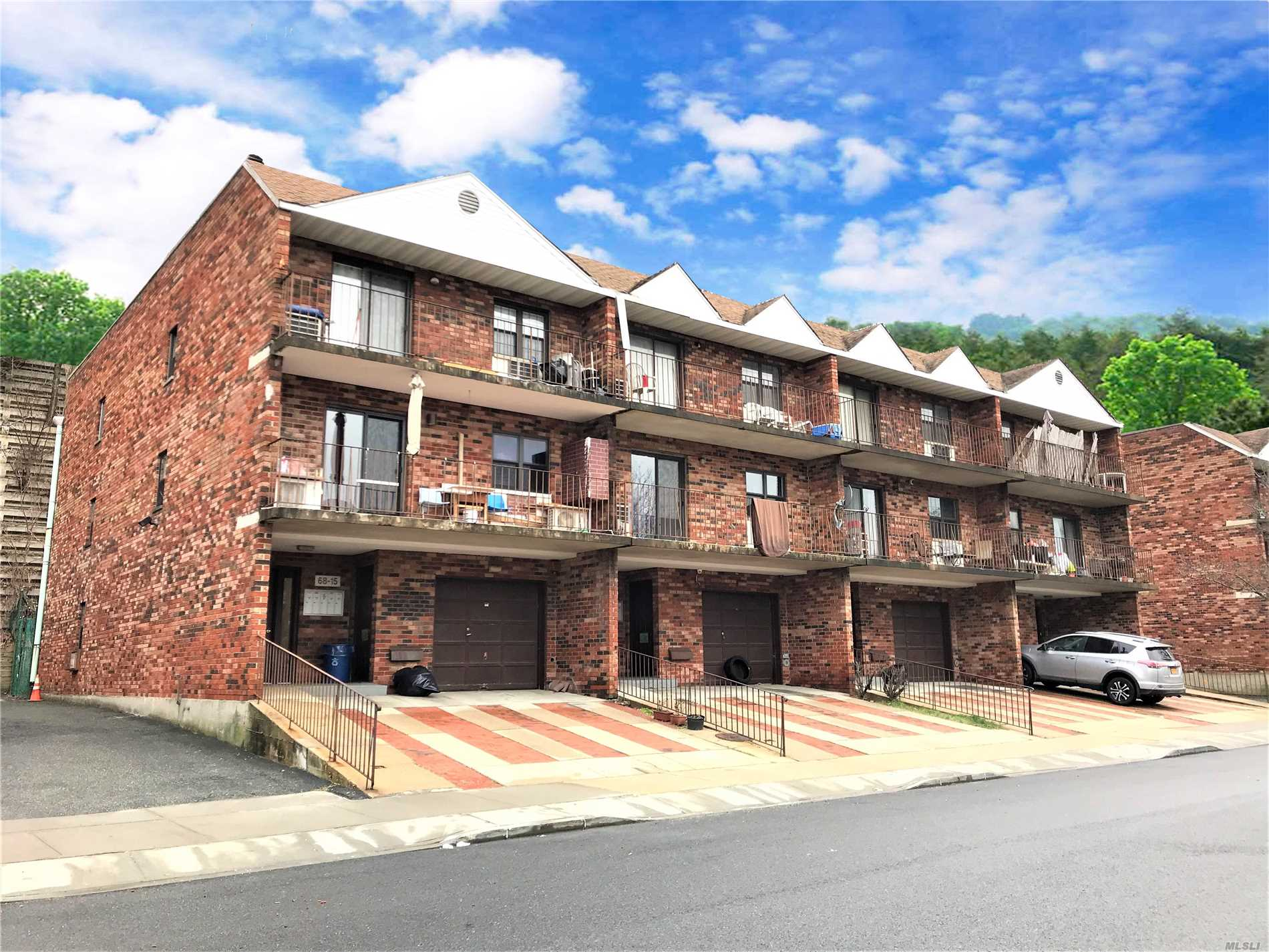 Spacious & Airy Brick 1st Floor Duplex Condo In A Quiet Neighborhood. 2 Large Bedrooms W/Walk In Closet, 1.5 Bath. Hardwood Floor, Washer & Dryer In The Unit. Easy Access To Major Highways, Next To Ally Pond Park. Close To Supermarket, Shopping & Restaurant. Bus Q30, Express Bus Qm5, Qm8, Qm35 To Manhattan! Great Schools. Must See!