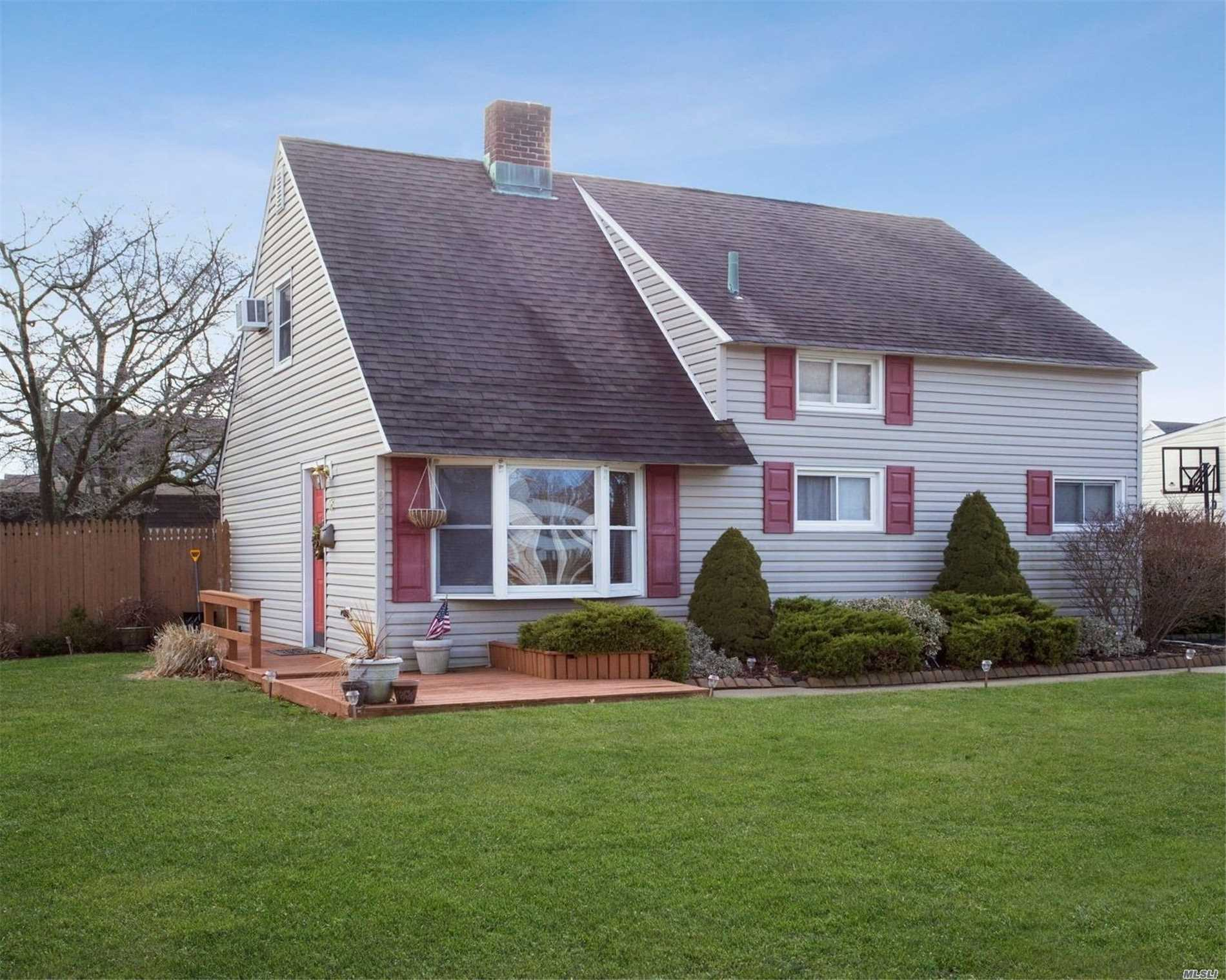 Move Right Into This Charming Home With Large Corner Yard. Featuring Wood Flooring Updated Roof, Siding, Windows, Boiler/Burner & Above Ground Tank, 150 Amp Elc Service And Much More. Close To All Levittown Pools With Parks, Schools, Shopping, Major Parkways & Transportation