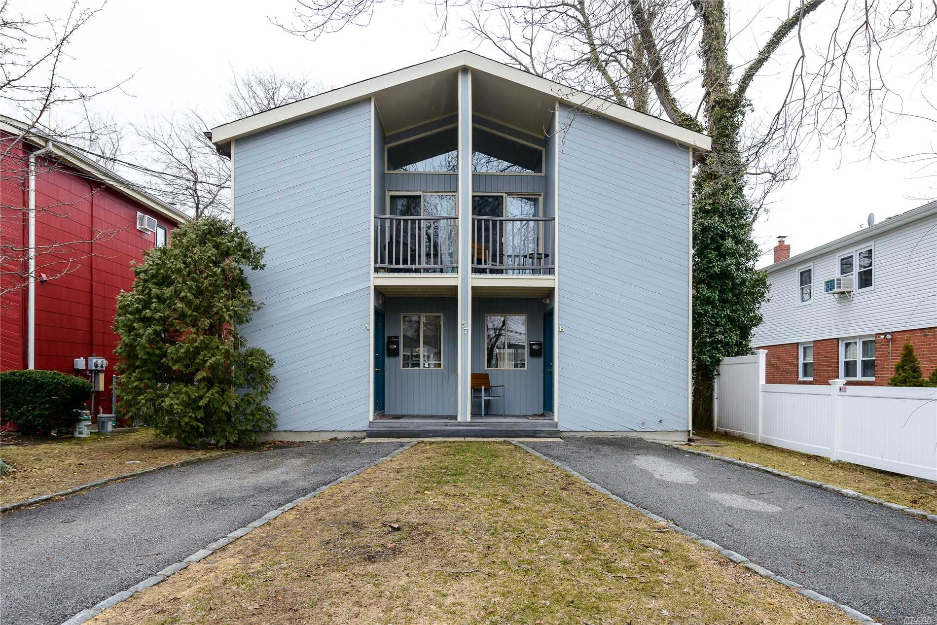 Totally Updated 2 Bedroom 2.5 Bath Townhouse Located In Manhasset Isle Beach Community Offers Soaring Ceilings,  Hardwood Floors, Private Yard, Fireplace, Deck, Patio, Full Basement, Laundry, Parking, Fabulous Location. Guggenheim Elementary Great Location For Commute