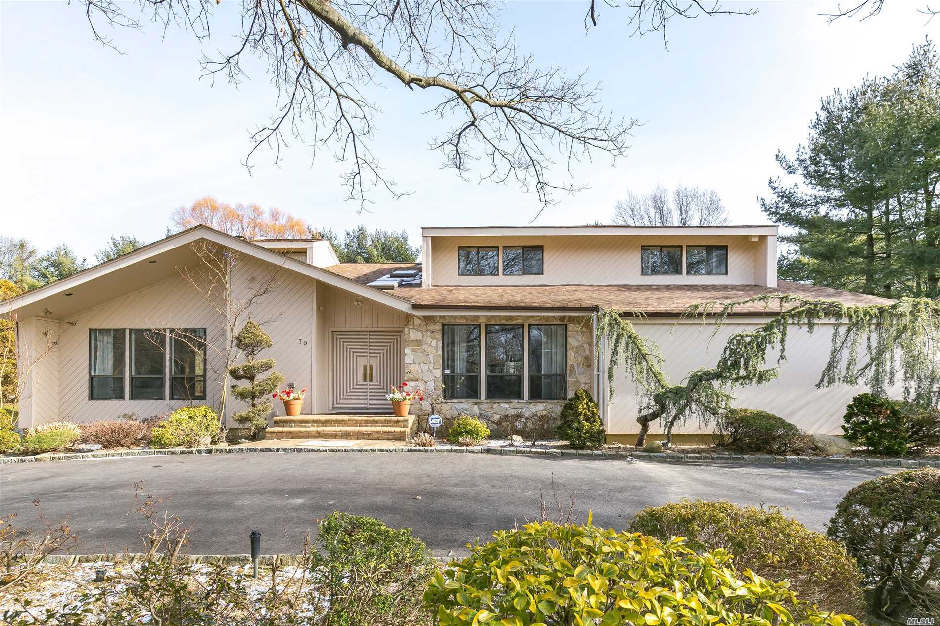 Well Maintained Contemporary Home Over 4000 Sqft, Large Ef, Open Floor Plan, Hardwood Floors, Vaulted Ceilings, Updated Eat-In-Kitchen Leading To Den/Fpl, Large Master Suite, Circular Driveway, Professionally Landscaped! Low Taxes! Syosset Schools!