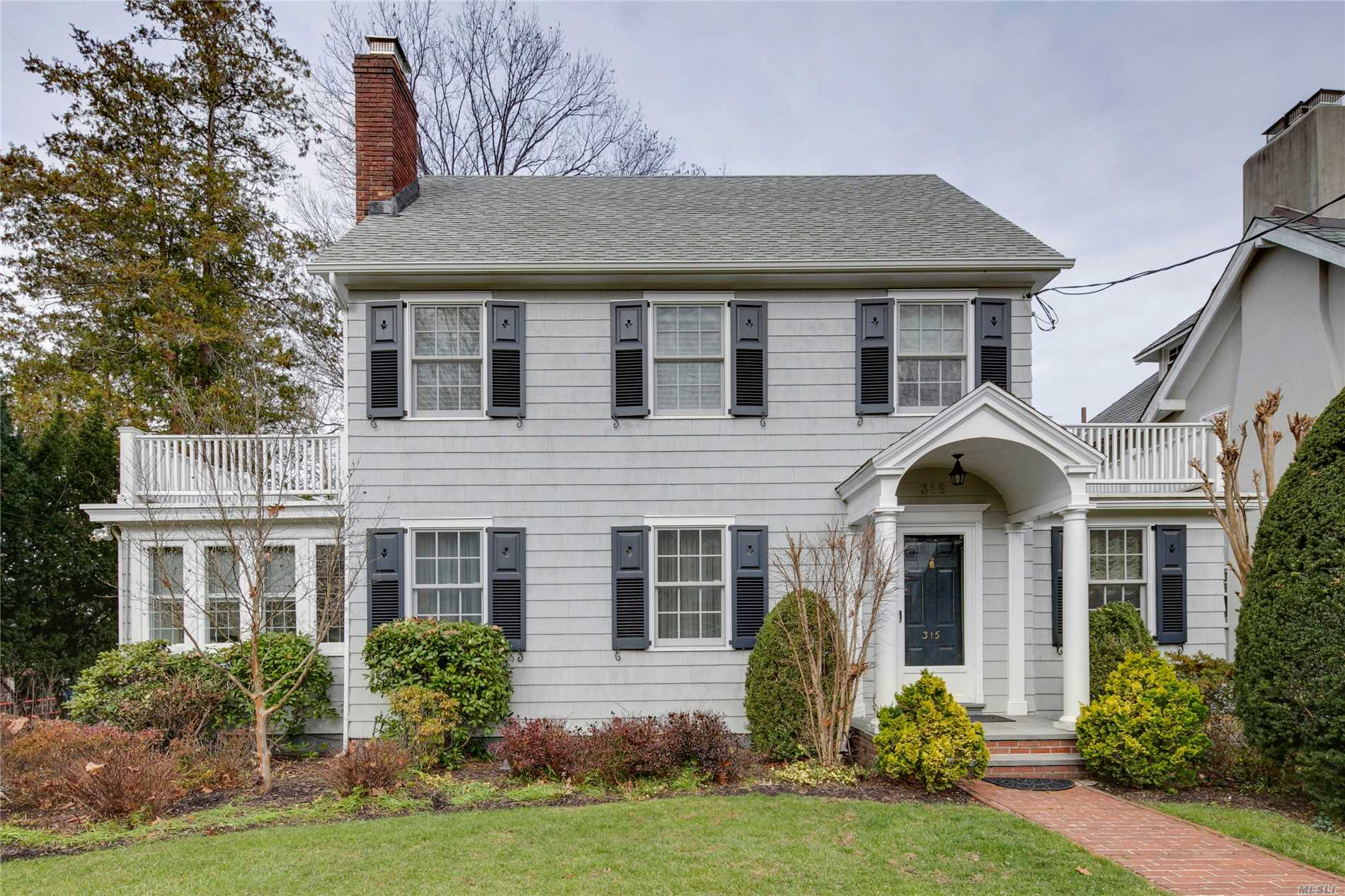 Beautifully Renovated Colonial In The Heart Of Douglas Manor. Lr W/Fpl, Fdr, Custom Eat-In-Kitchen With Granite Counter Tops & Stainless Steel Appliances. Move In Condition, California Closets, Insulated Attic With Skylight, New Patio, Windows & Wood Shutters. Only A Few Blocks To Little Neck Bay & Gorgeous Sunsets. Just 28 Mins To Nyc By Lirr.