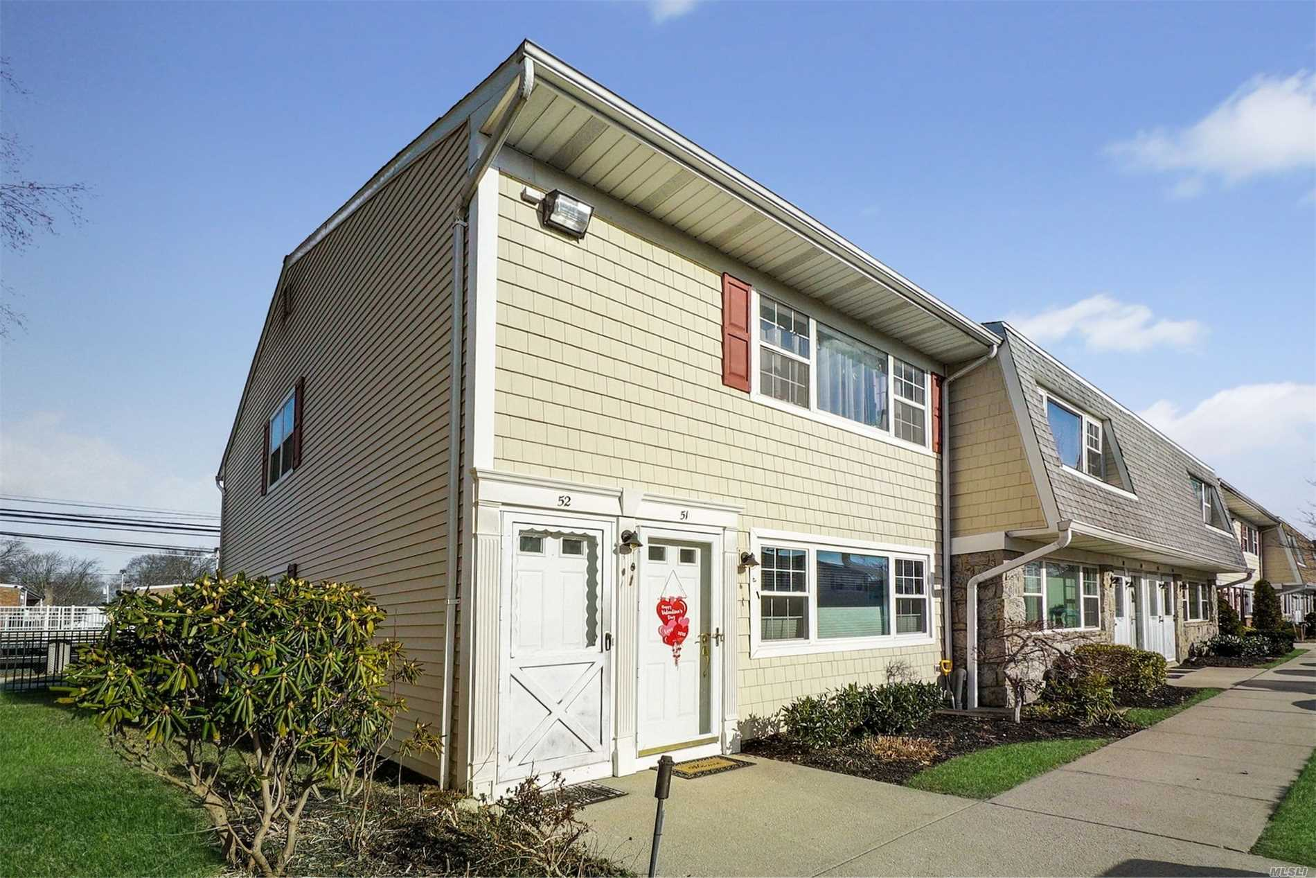 Awesome End Unit Condo In One Of The Hottest Markets In Nassau Co - Farmingdale. Steps To The Vibrant Main St Shops/Restaurants, Steps To The L.I.R.R. Inside You'll Find All Recent Quality Renovations. Pack Your Bags, Your New Home Awaits!