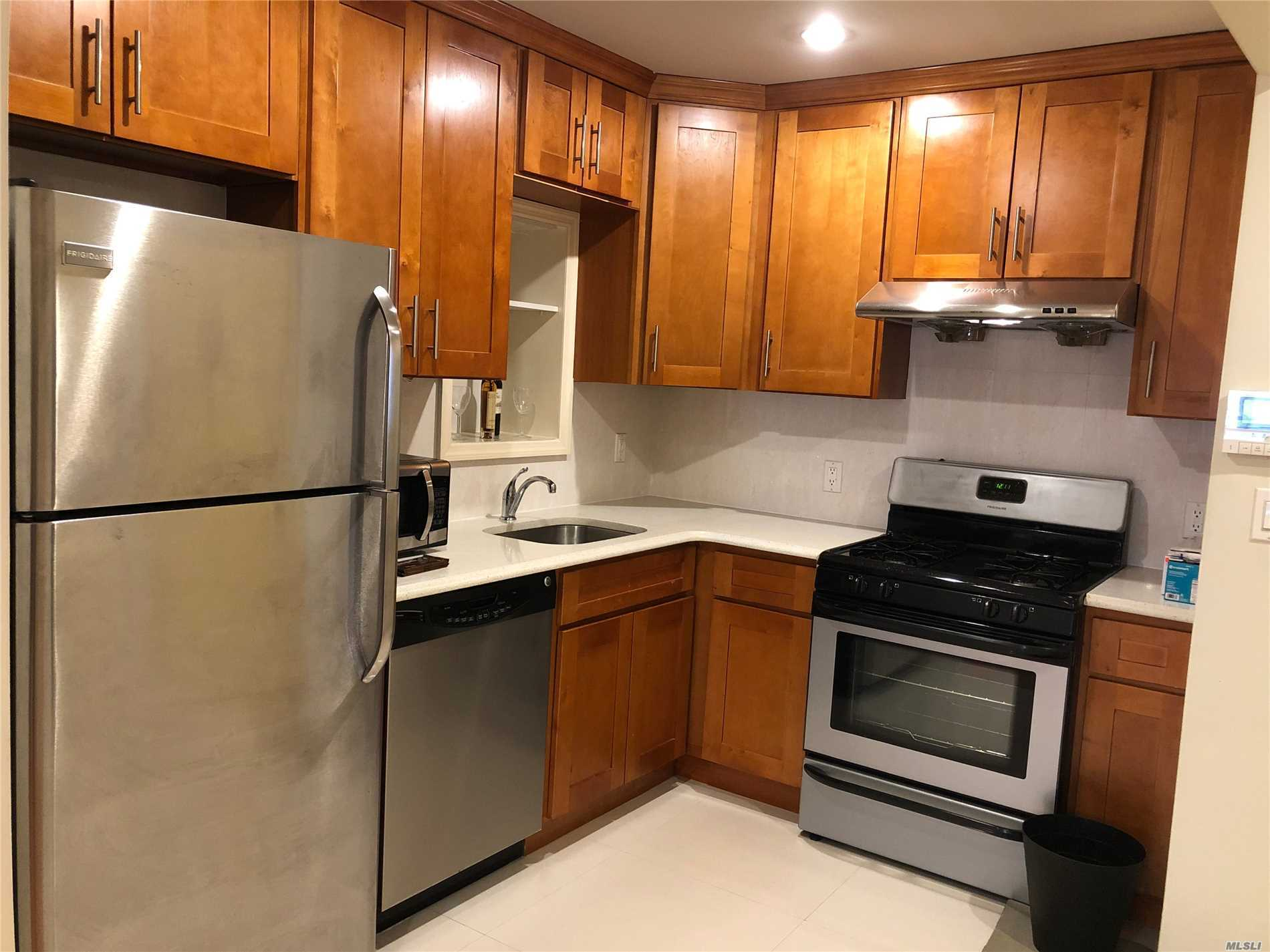 Beautiful 1 Bedroom Apartment Located In The Prime Location Of Downtown Flushing. New Kitchen With Granite Top. Stainless Steel Appliances. Wood Floor. 6 Minutes Walk To 7 Train, Macy's Dept. Store And Restaurants. Must See.............