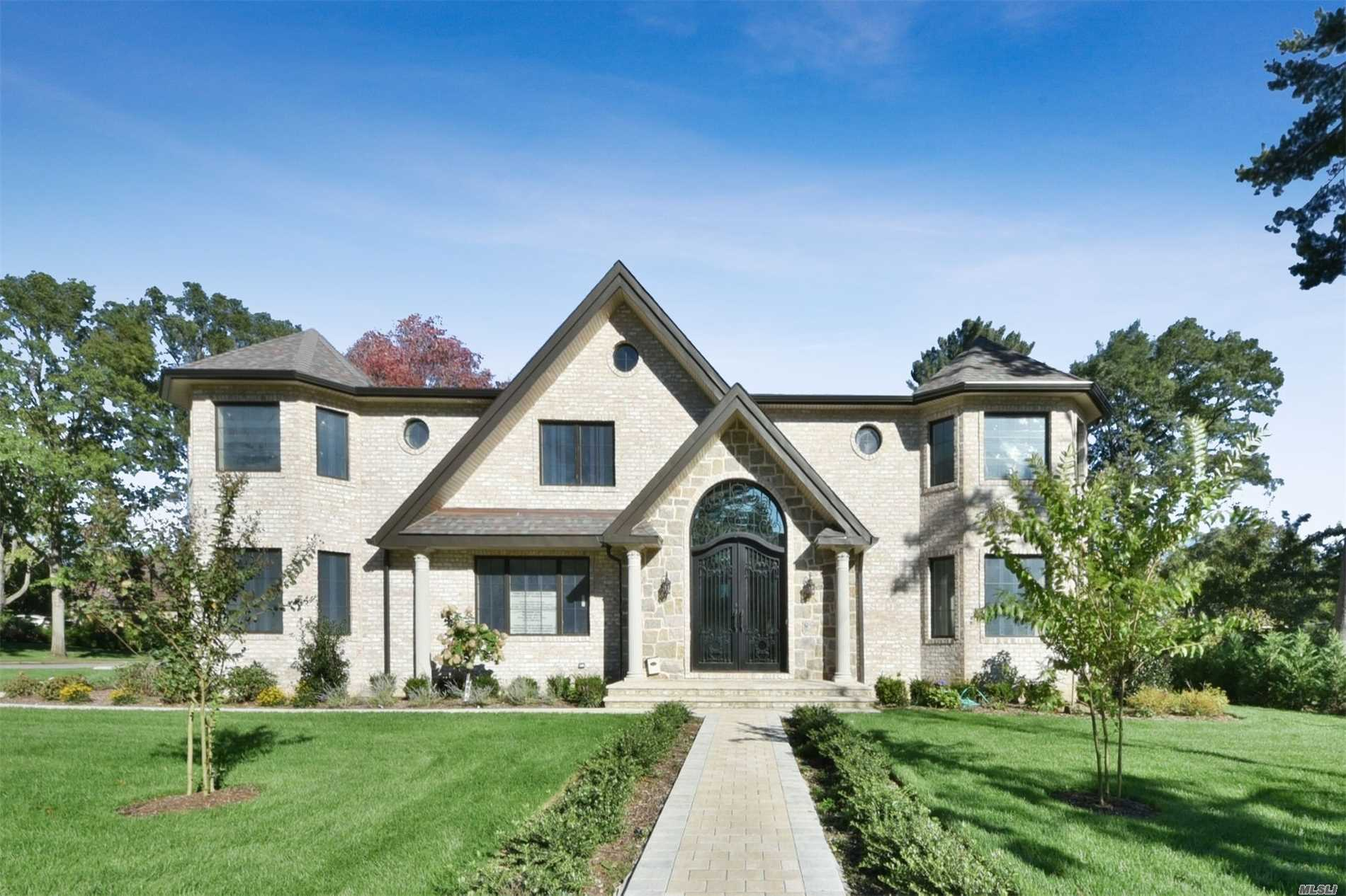 Majestic 2019 Colonial Located In Roslyn Country Club. Entering You Have A Sense Of Glamour, Flow And Openness Throughout. Formal Lr Is Warm & Inviting W/Custom Millwork & Architectural Design, Family Rm W/Gas Fpl Overlooks Professionally Landscaped Yard. State Of The Art Chef's Kit. W/Top Of The Line Appliances. Beautifully Appointed Formal Dr. Entry Foyer With Bridal Staircase. Master Suite Fit For Royalty Plus 4 Add'l Bedrooms W/Luxury Baths. Award Winning East Williston Schools.