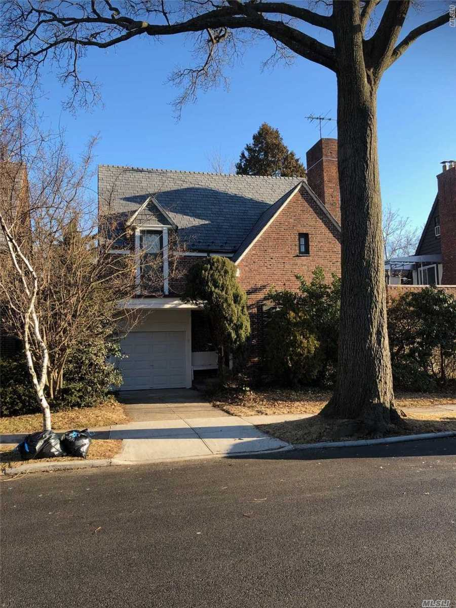 Detached 1 Family Brick Townhouse In Middle Of Forest Hills. Close To Schools, Shopping, Restaurants, And Transportation.5-7 Minutes Walk To Lirr, E And F Subway Trains.