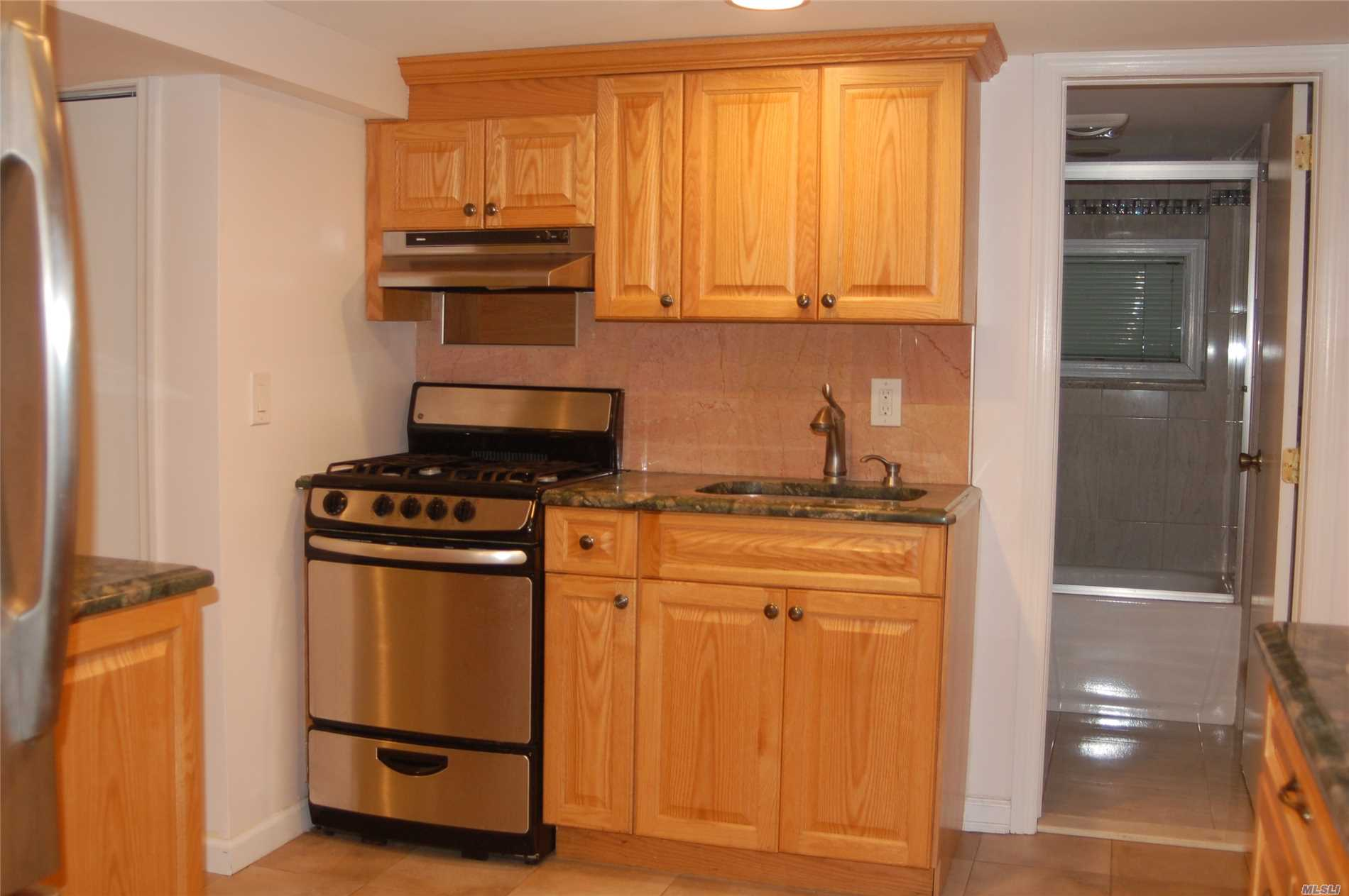 Beautiful Bright One Bedroom 5 Minutes From The Beach. Lirr 40 Minutes To The City. Large Living Room/Hard Wood Floors, Kitchen W/Stainless Steal Appliances, Granite Counters & Great Cabinet Space. Dining Area, Bedroom, Full Bath. Use Of Front Yard. Heat Included With Separate Thermostat. Private Entrance. Shell Creek Park Is Minutes Away. Come See This Barnum Island 1 Bedroom Gem.
