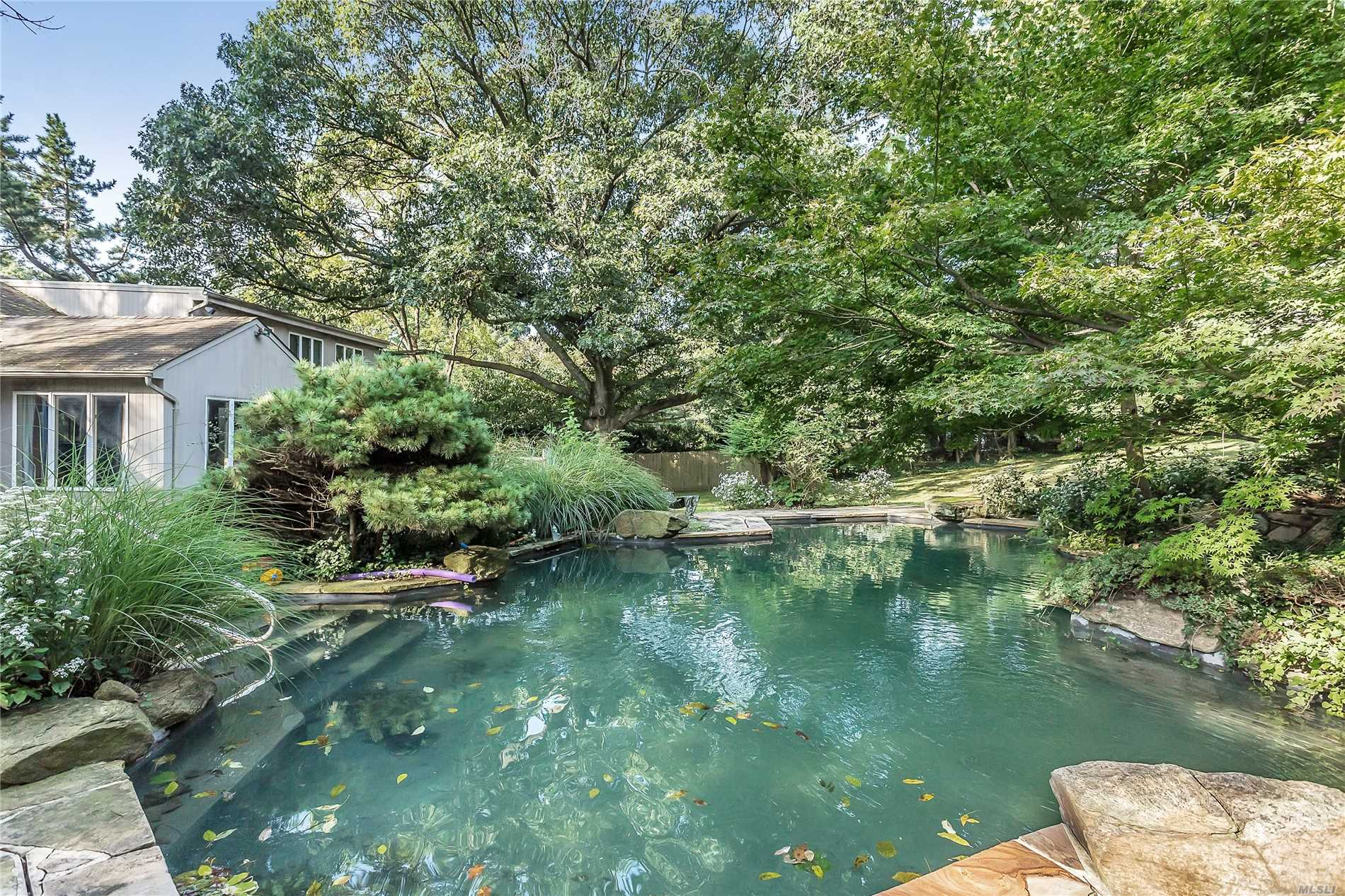 Roslyn Harbor. 1 Acre Plus With A Pool. 5 Bedrooms, 3.54 Baths Ranch On Prime Cul-De-Sac.