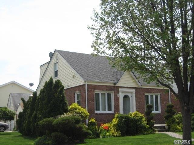 100% Brick Diamond Condition Wideline Cape. Park Circle Is Across The Street To Use Highway. This Basement With Ose, Fbth, With Family Room W/Bar. Close To Schools, Shopping, Lirr, Best Location In Nhp