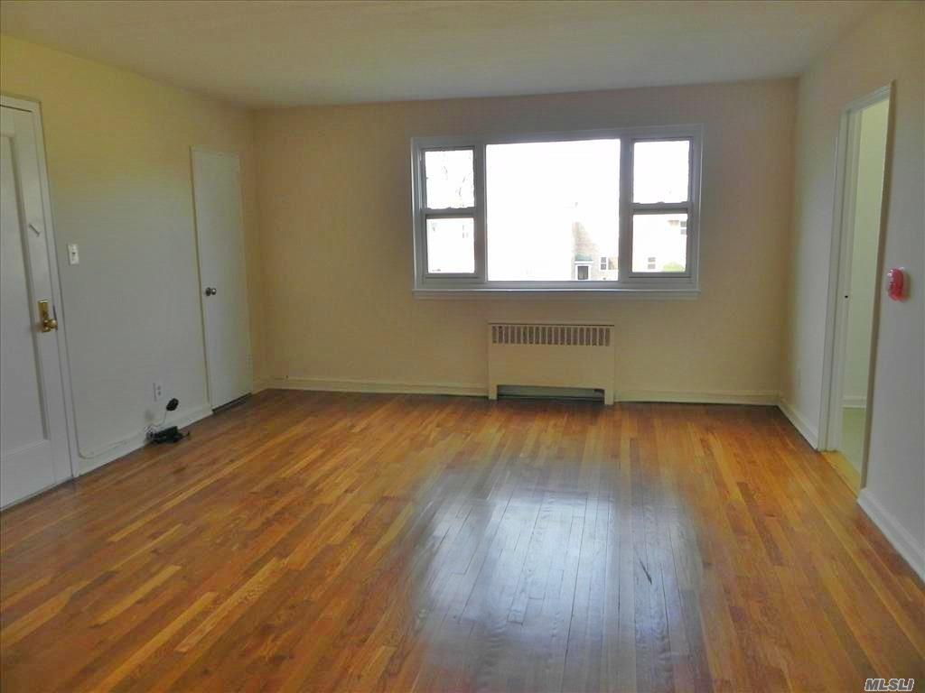 Best Of Port Washington Living!! 2nd Floor, 2 Bedroom Unit With Water Views In Garden Apt Complex Right On Manhasset Bay. Combo Lr/Dr, Renovated Eik, Spacious Bedrooms. Heat & Water Included. Laundry Facilities. Shuttle To Lirr M-F, Am/Pm Rush, On Site Super.
