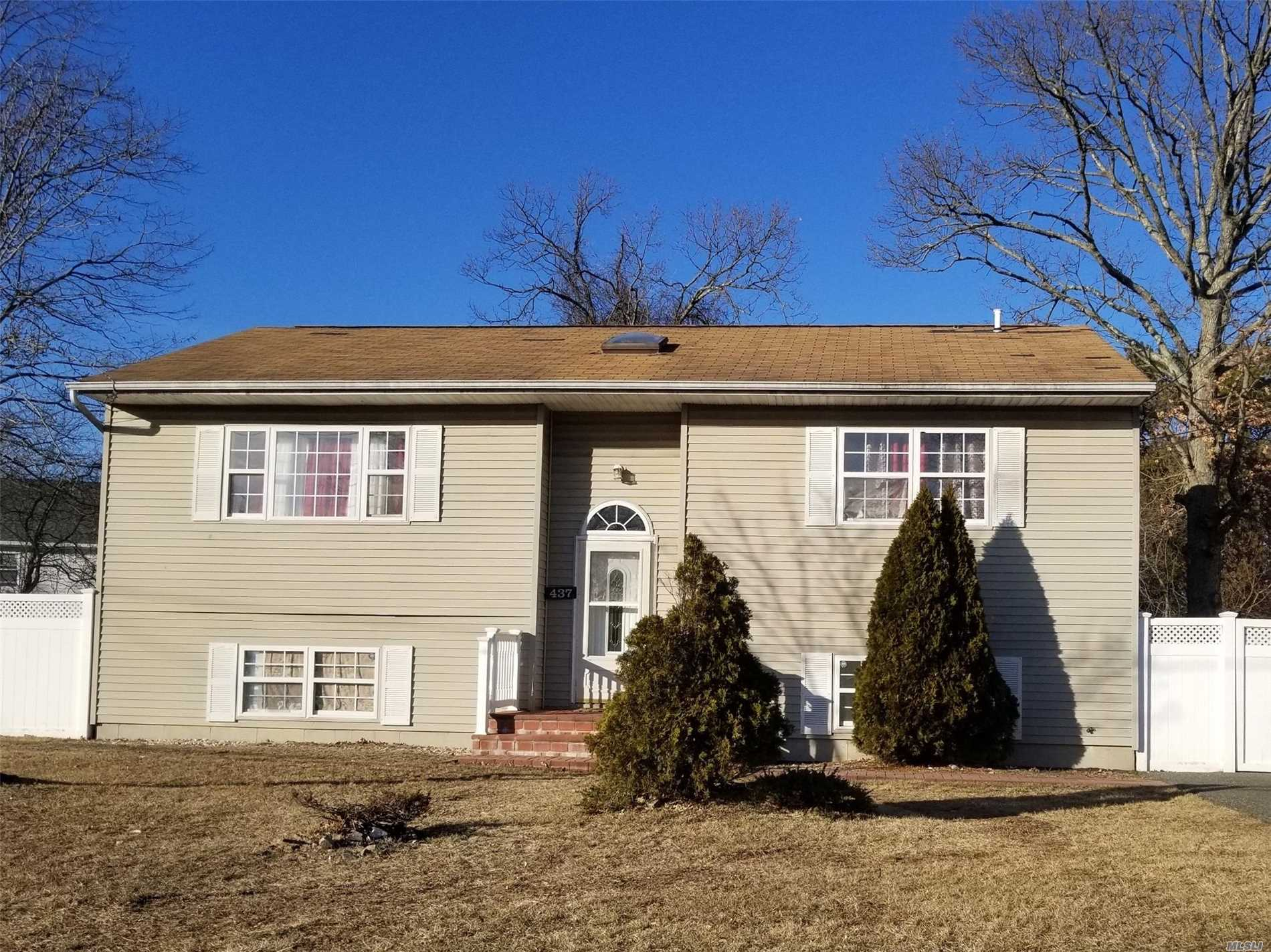 Large Hi Ranch With 10 Rooms 5 Beds And 2 Bath. Copiague Schools. Close To Shopping, Transportation And Major Roadways