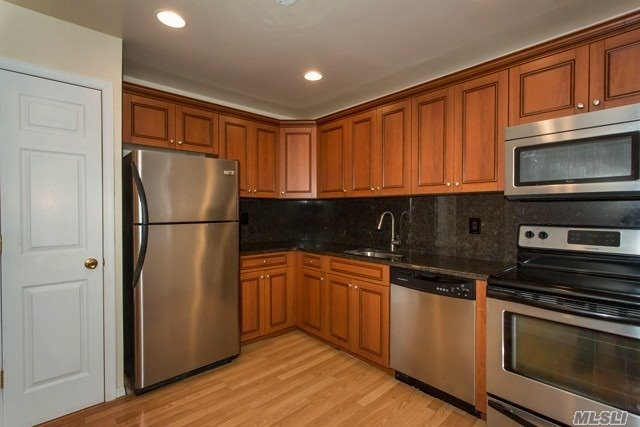 Air-Conditioned Alcove Studios, 1 & 2 Bedrooms W/Private Entry & Terrace. Kitchen Cabinetry W/Microwave & Dishwasher. Laundry Center, Clubhouse, Fitness Center, Pool, Tennis & Basketball Court. Playground, Connetquot School District. Conveniently Located Near The L.I.E, Sunrise & Vets Hwy & Lirr.