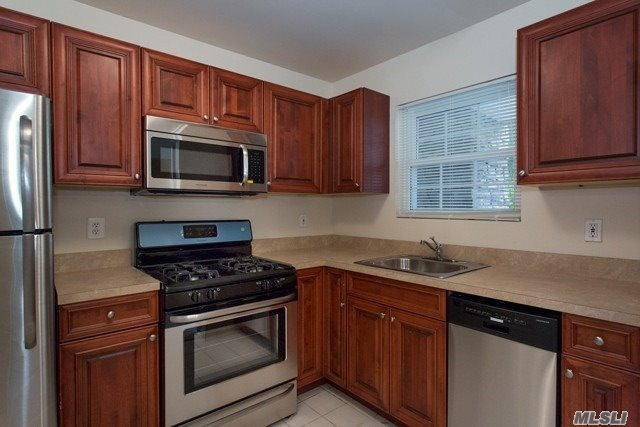 Luxury Rentals For Those Aged 55 And Over In A Beautiful Lakeside Setting, Spacious One Bedroom W/Den & Two Bedroom W/Basement Apartments Boast Beautiful Carpeting, Crown Molding, Updated Kitchen W/Dishwasher, Central Air-Conditioning & Terrace. Beautiful New Exterior Renovations. Clubhouse.