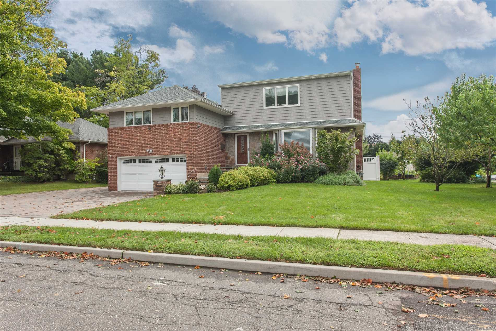 Beautiful Renovated & Expanded 4-5 Year Old Clearview Split W/4 Bdrms & 3.5 Bths. Perfect Mid Block Location. Engineered 4 In Hrdwd Flrs, Cust Millwork, Opn Flr Plan. Lr W/Frplce, New Kit W/Wolf Range & Ovens, Ci, Coffered Ceiling, & Rad Ht. All Bdrms W/Wic. Walk Out Fr & Fab Fin Bsmnt. Ig Sprinklers, French Drain, Alarm, Full House Gen, Paver Patio. 2 Car Gar, Must See! Syosset Schools.