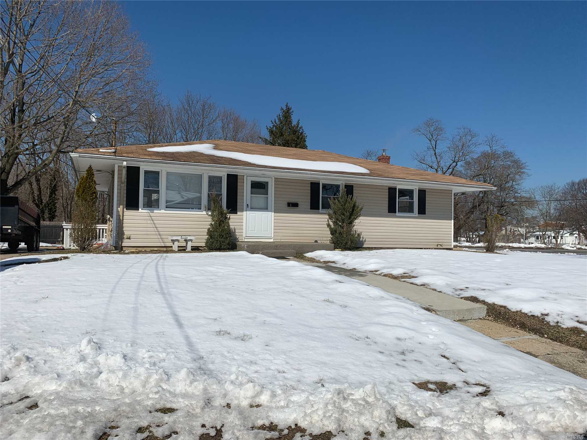 Cozy Home, Freshly Painted , Hardwood Throughout , Close To All Transportation, Shopping Center .....