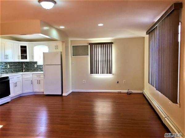 3 Good Size Bedroom With Lge Bathroom.Lots Of Closets.Spacious Updated Kitche/Granite Counter Top.Lots Of Windows, High Celings.