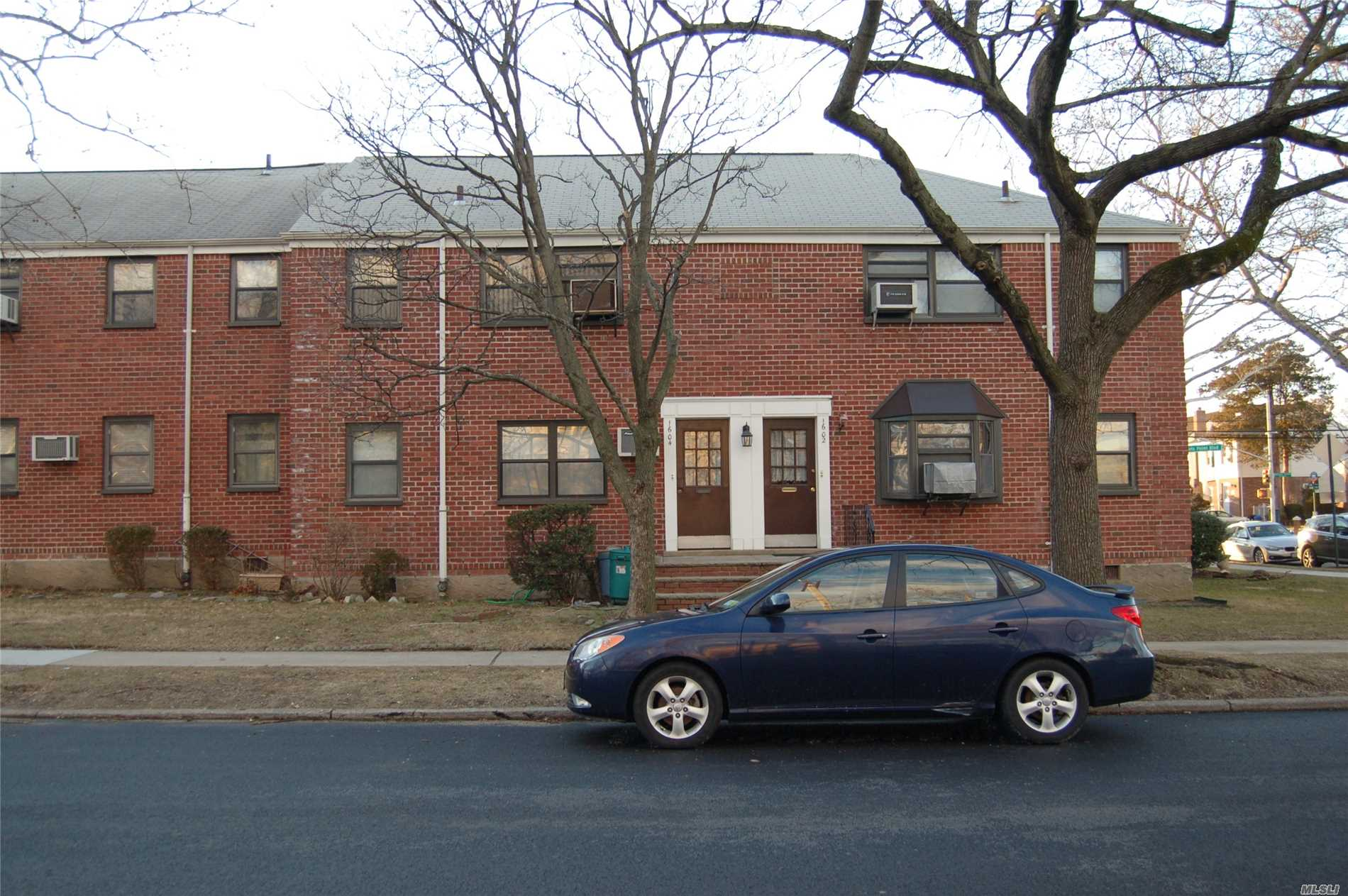 Clean 1Br Upper Unit, Great Location.