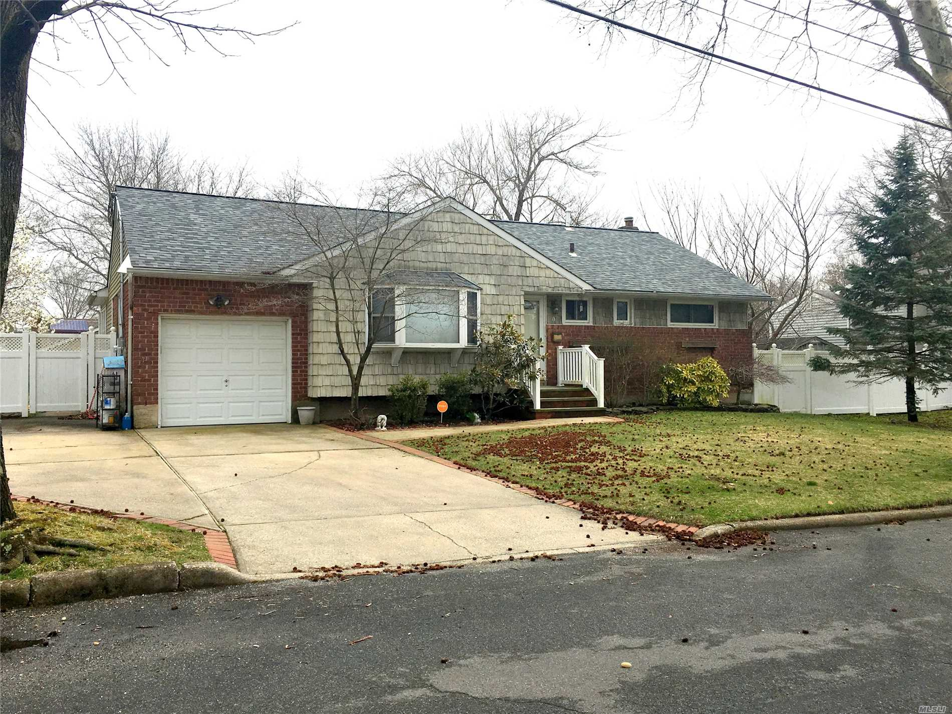 Perfect Home Spacious And Bright! Huge Eat In Kitchen W/Vaulted Ceilings And Skylights.. Den W/Fplc Hardwood Floors Throughout. Large Finished Basement With Media Room And Plenty Of Storage.. Great Backyard Perfect For Entertaining. Newer Roof W/Warranty & Led Lighting. Famed Blue Ribbons Commack Schools. Perfect For Starter Or Downsizing.. Close To All Shed Is A Gift..