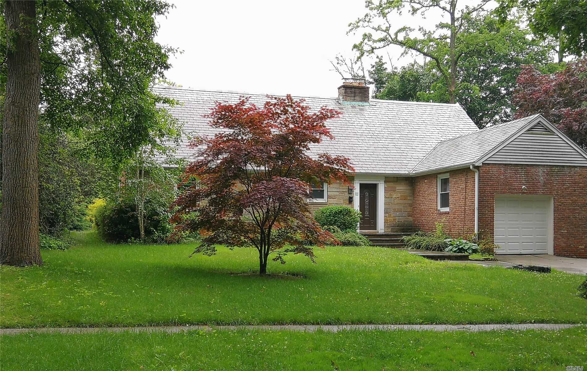 Very Spacious Farm Ranch In Prestigious Village Of University Garden! Fully Renovated Kitchen, Hardwood Floor. Community Pool And Tennis. Close To All Transportation. Lakeville Elementary, Great Neck South Middle& High Schools.