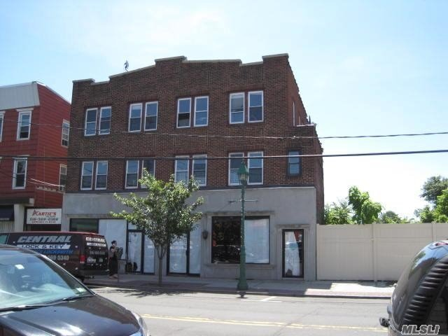 Beautiful Recently Renovated, Sunny Apartment. Stainless Steel Appliances, Crown Molding, In The Heart Of Lawrence.