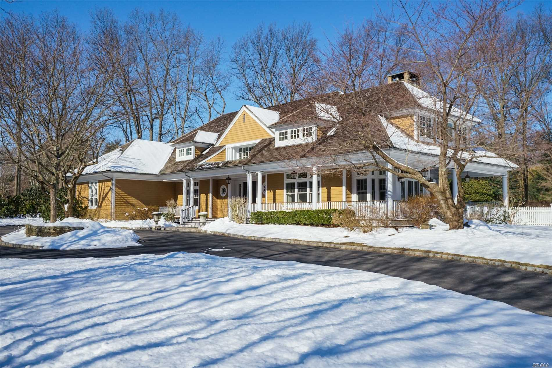 Hampton Home And Lifestyle 1 Hour From Nyc In Aspirational Beach Community On 2 Flat Professionally Landscaped Acres With Heated Pool, Spa, Poolhouse, Lighted Tennis Court.2013 Kitchen W Radiant Heat And 3 2019 Baths. 10' Ceilings Throughout. Minutes To Train, Town And Beach/Mooring.